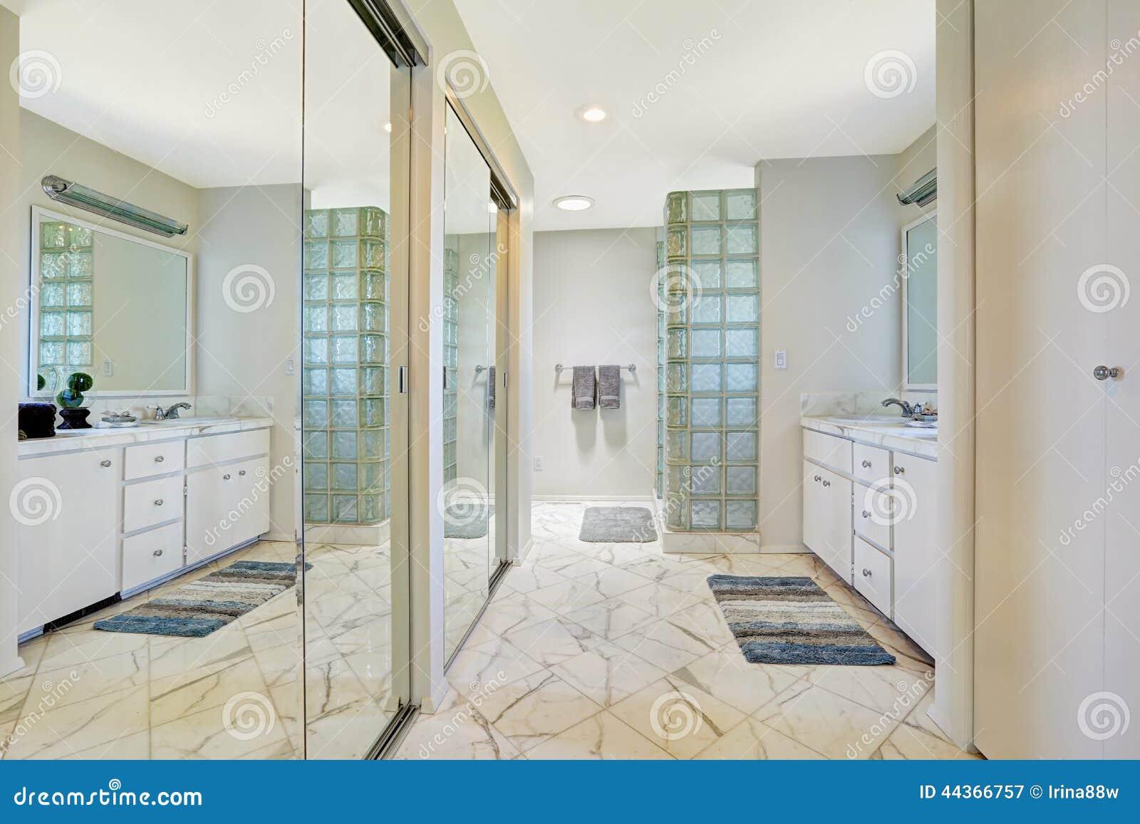 Bagno bianco con le porte dello scorrevole dello specchio immagine stock immagine di stile - Le regole dello specchio ...