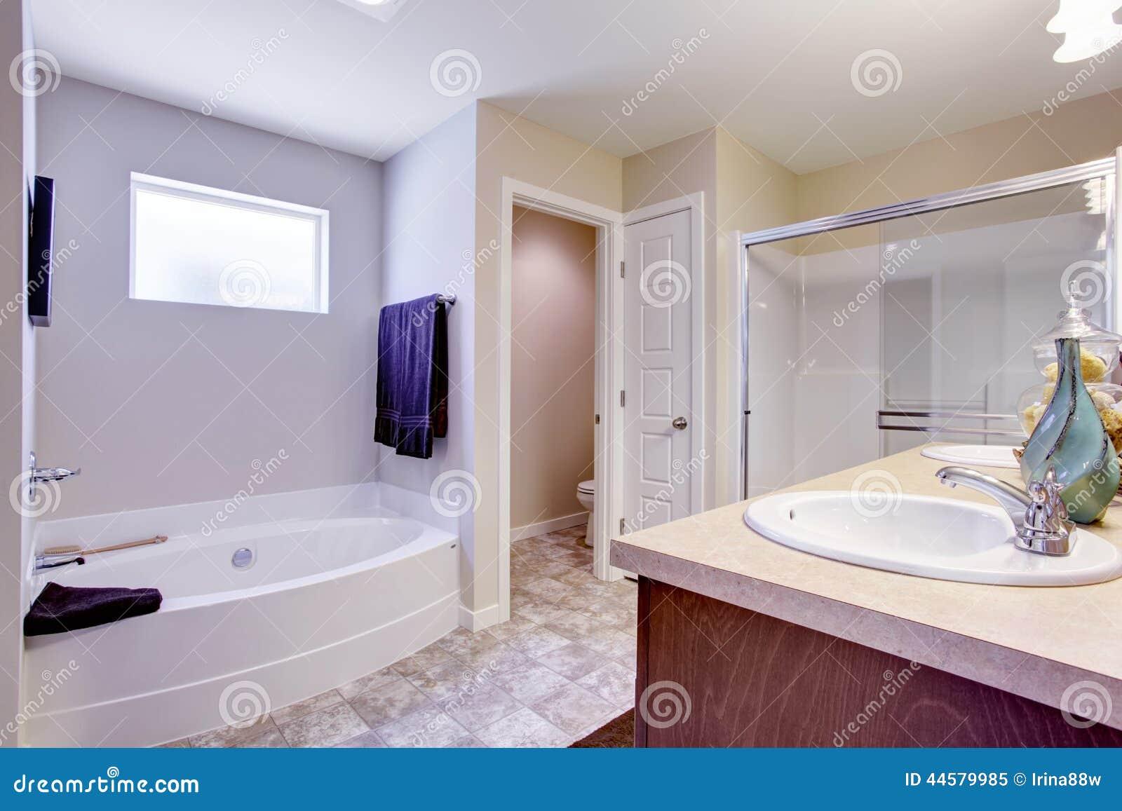 Bagno bianco di rinfresco con la porta e la vasca da bagno - Vasca bagno con porta ...