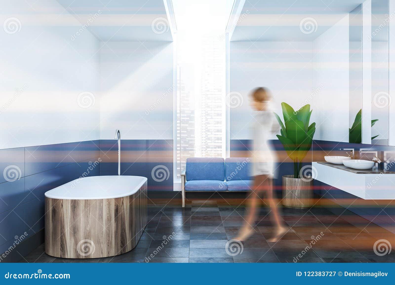 Bagno Legno E Bianco : Bagno blu e bianco interno sfuocatura di legno della vasca