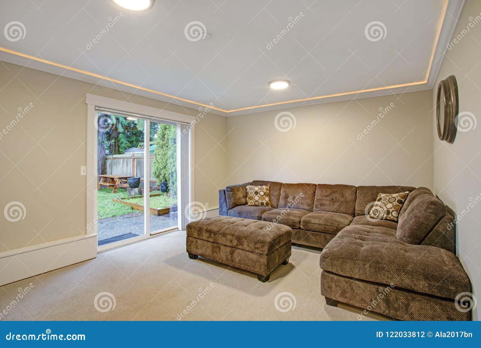 Bagno classico con le mattonelle beige fotografia stock immagine
