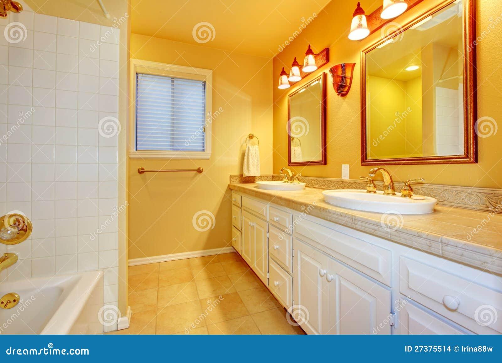 Pareti Bianche E Oro : Bagno con i gabinetti e le pareti bianchi delloro. fotografia stock