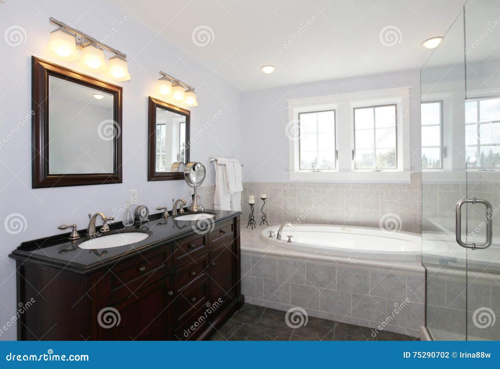 Lavandino Bagno Due Vasche.Bagno Con Il Gabinetto Di Legno E Della Vasca Con Due Lavandini
