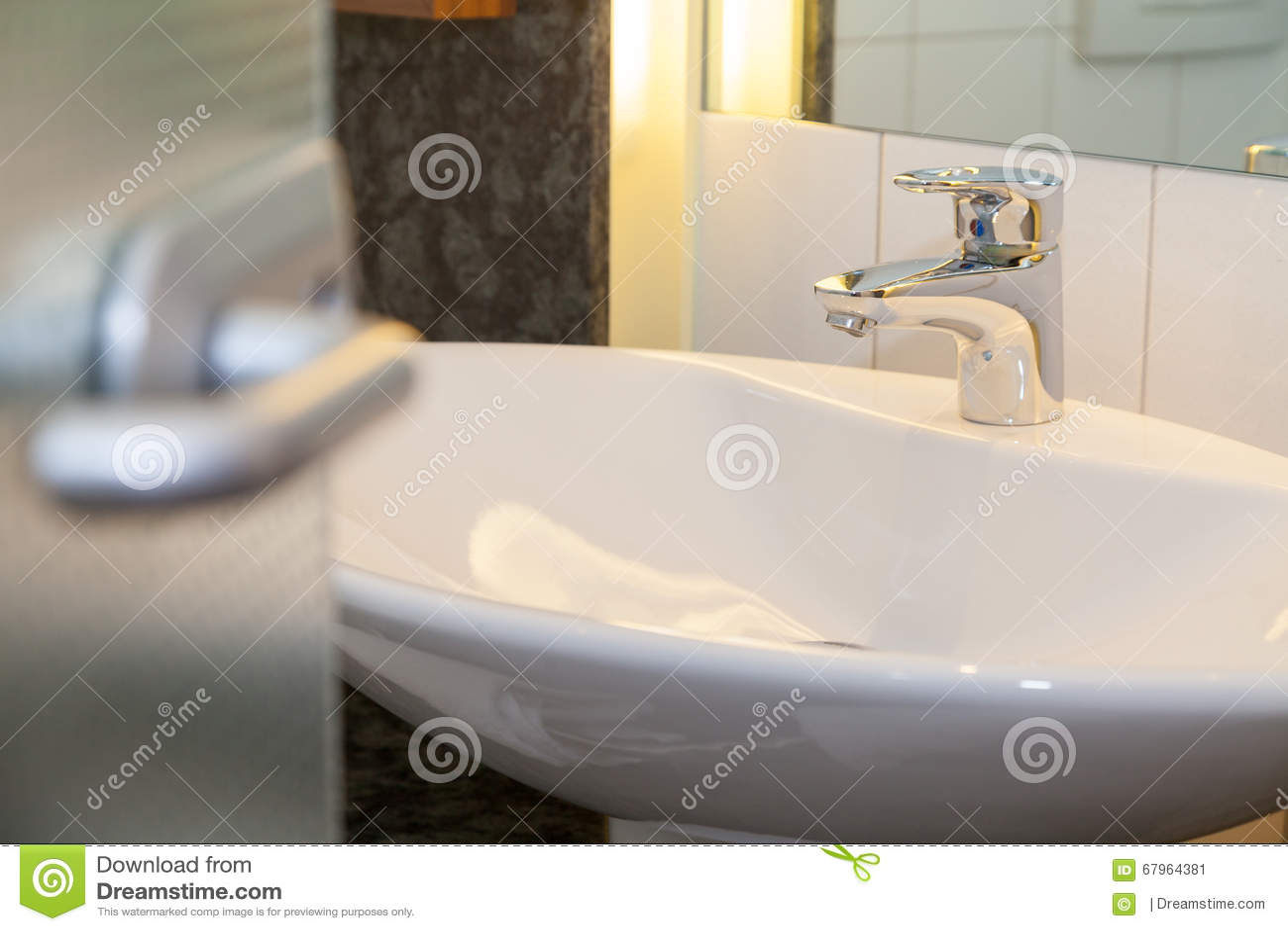 Bagno con il lavabo bianco