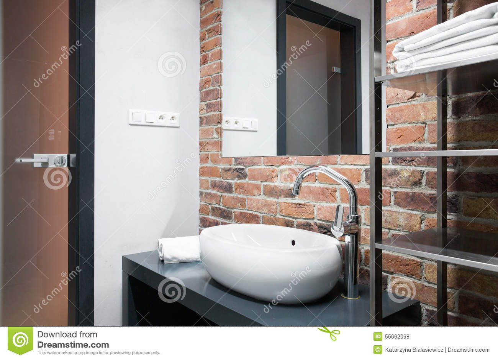 bagno con il muro di mattoni