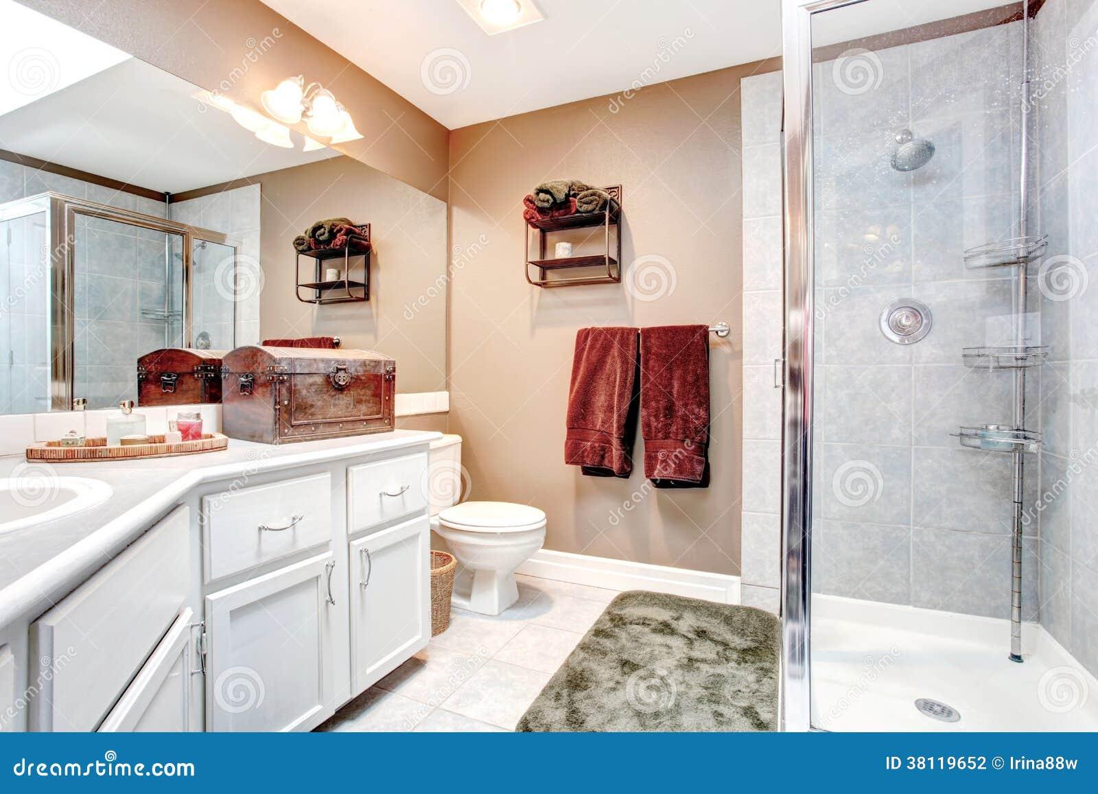 Bagno Beige E Bianco : Bagno con il petto antico decorativo fotografia stock immagine