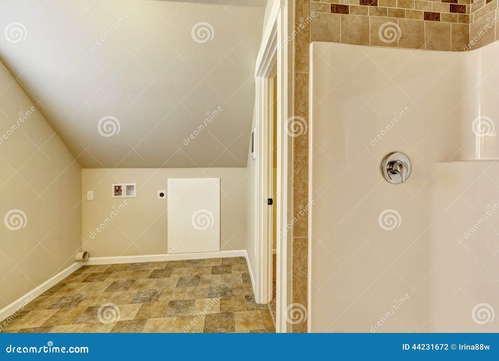 Bagno Con Zona Lavanderia : Bagno con il soffitto arcato area vuota della lavanderia