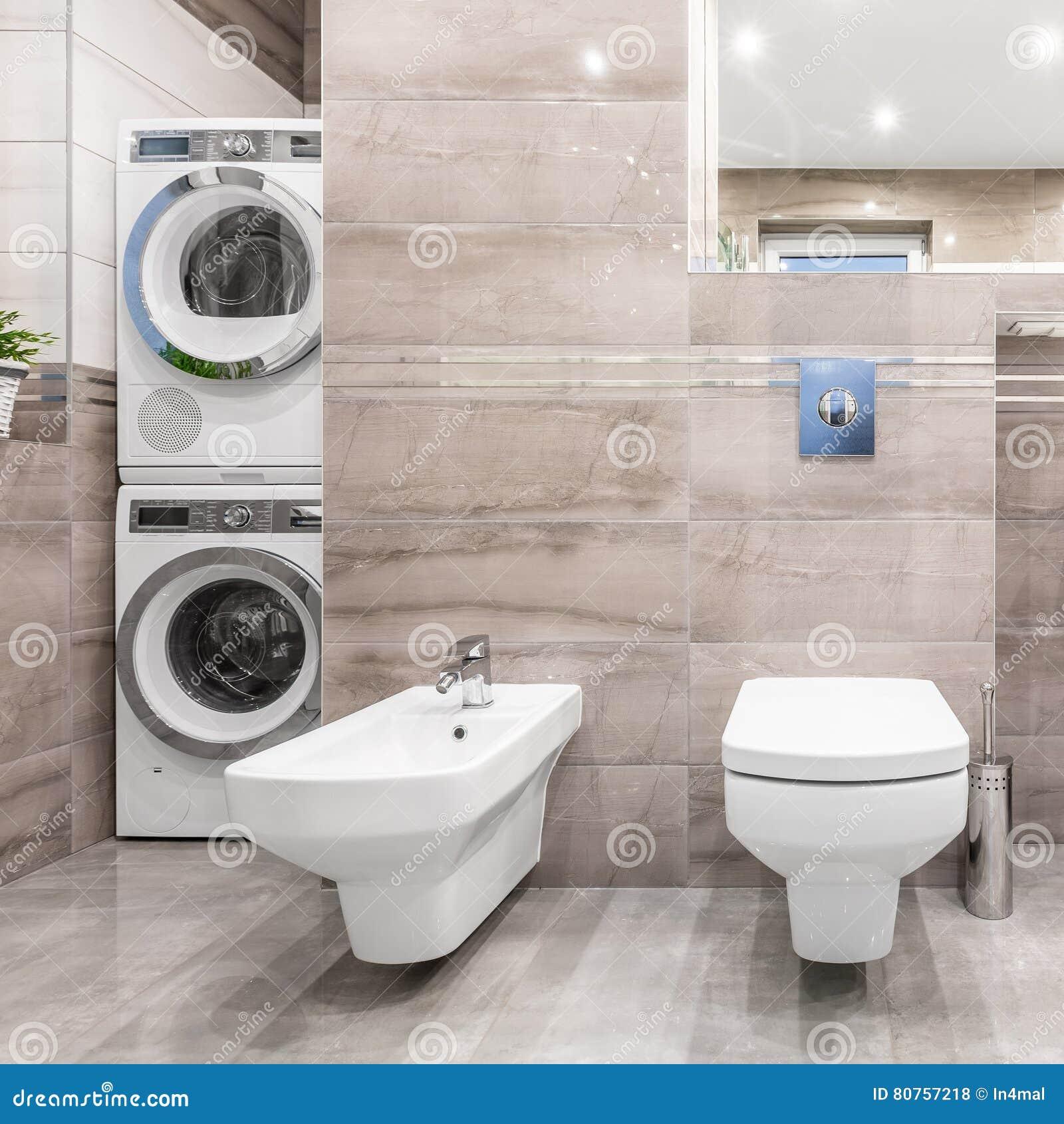 Bagno Con L\'angolo Della Lavanderia Fotografia Stock - Immagine di ...