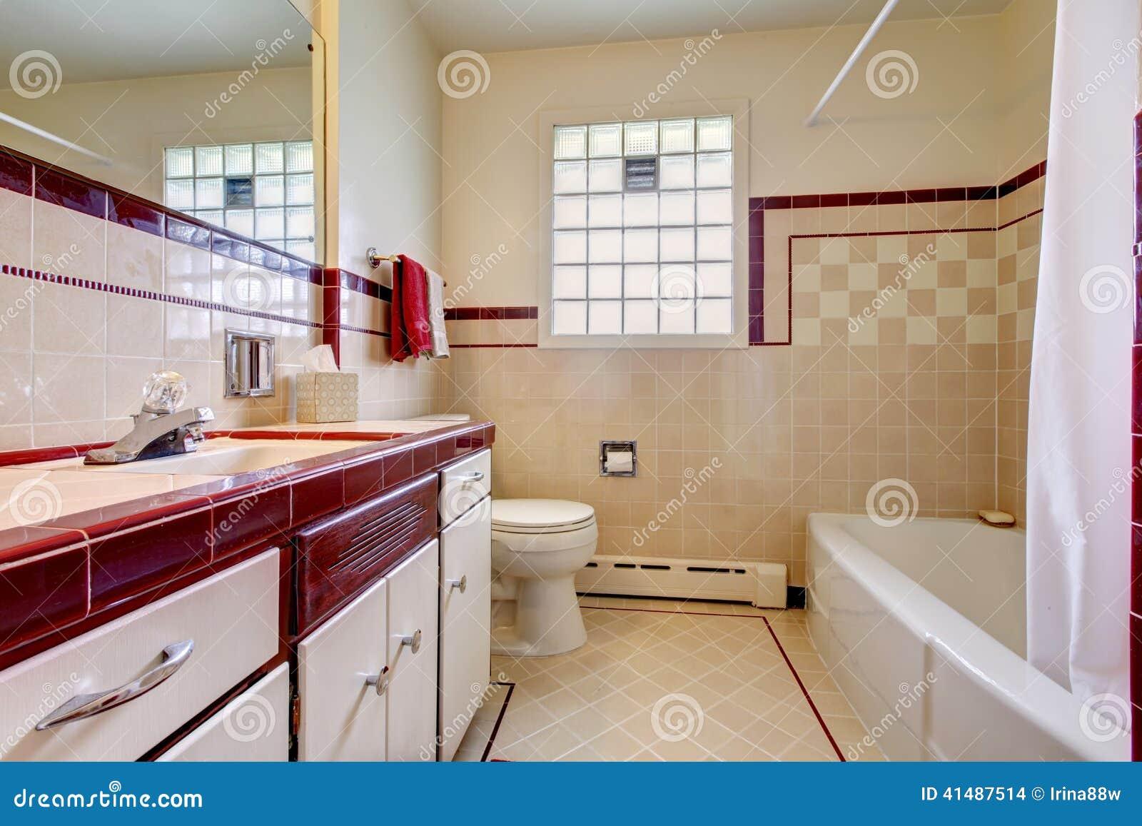 Bagno con la disposizione della parete delle mattonelle e for Finestra bagno