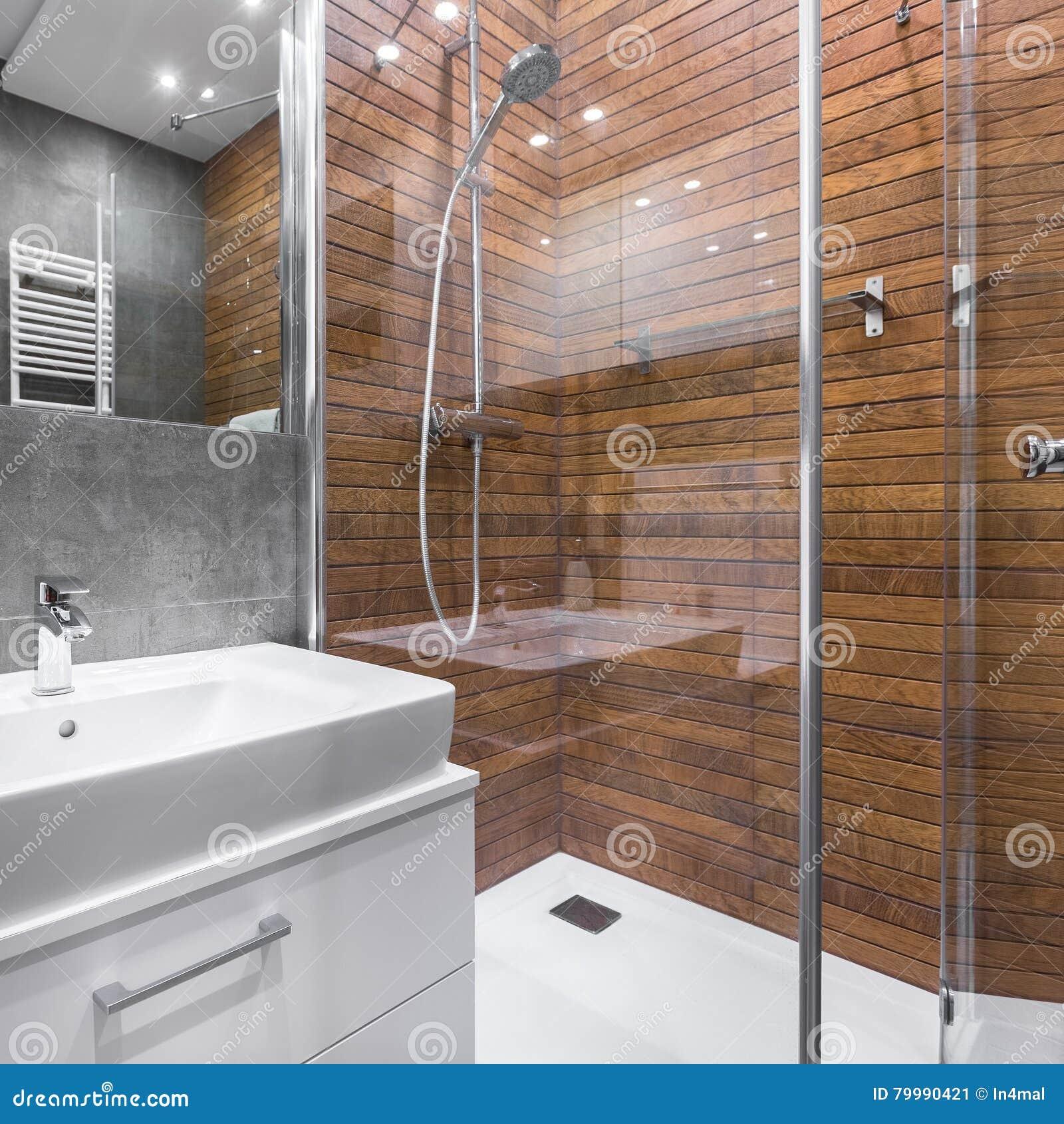 Bagno con la doccia di legno di effetto
