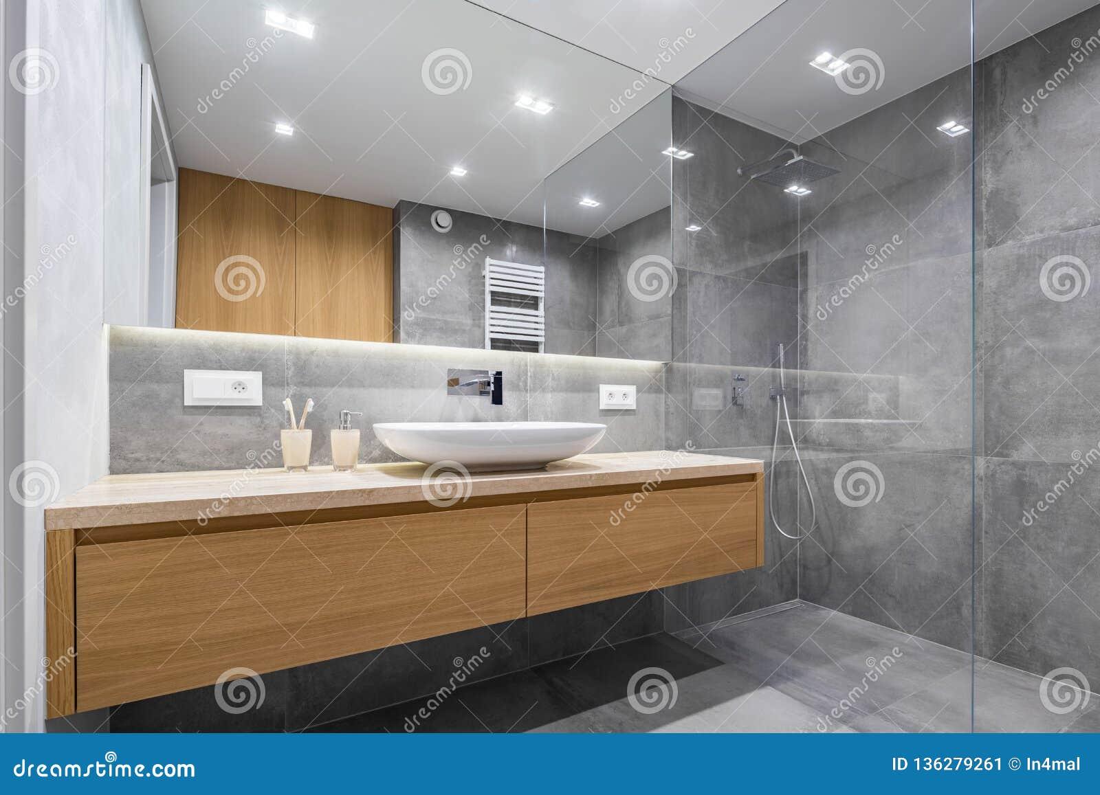 Bagno con la doccia e lo specchio