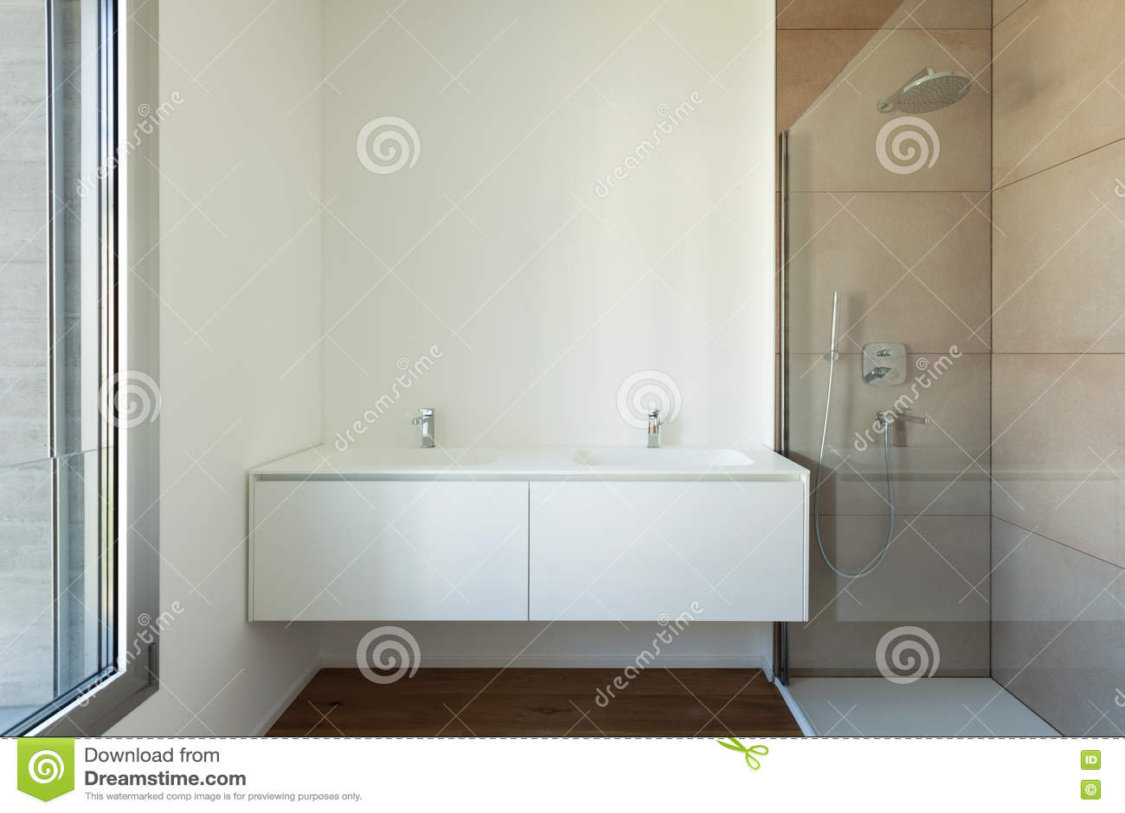 Bagno stretto e lungo con finestra in fondo neutral piastrelle