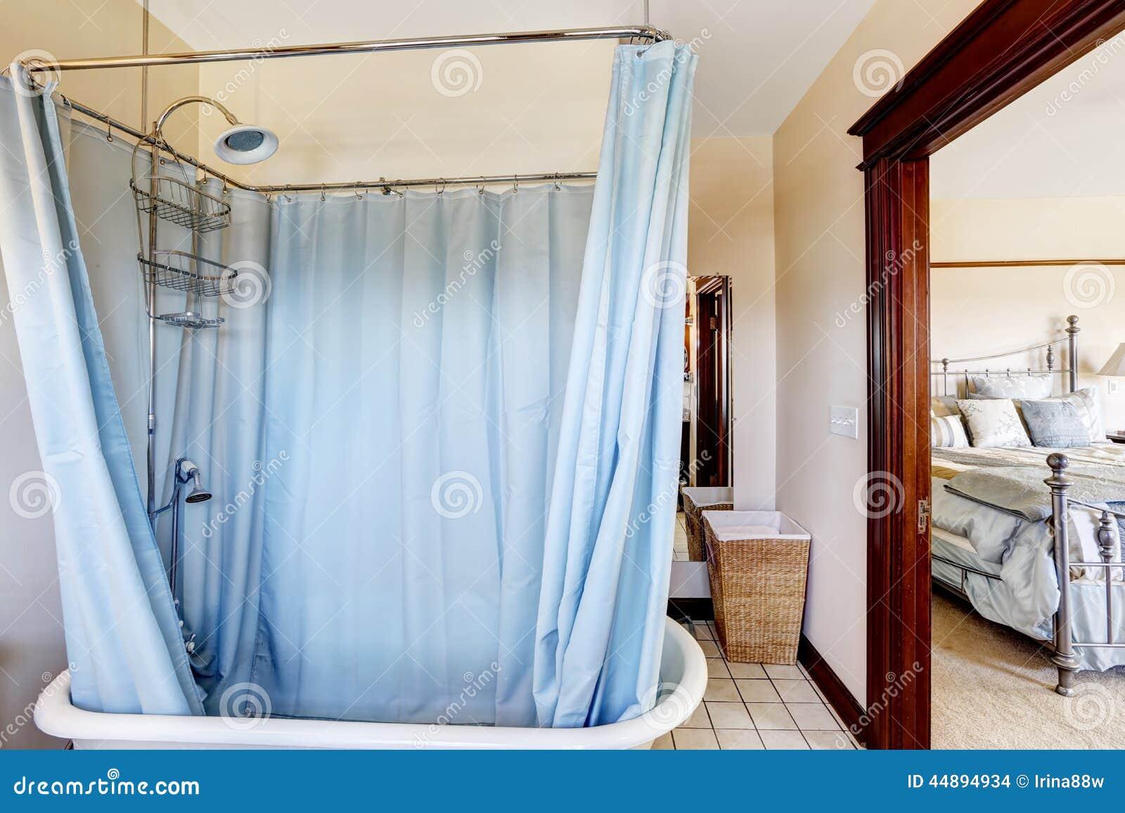 Vasca Da Bagno Con Tenda : Bagno con la vasca da bagno e la tenda blu intorno fotografia