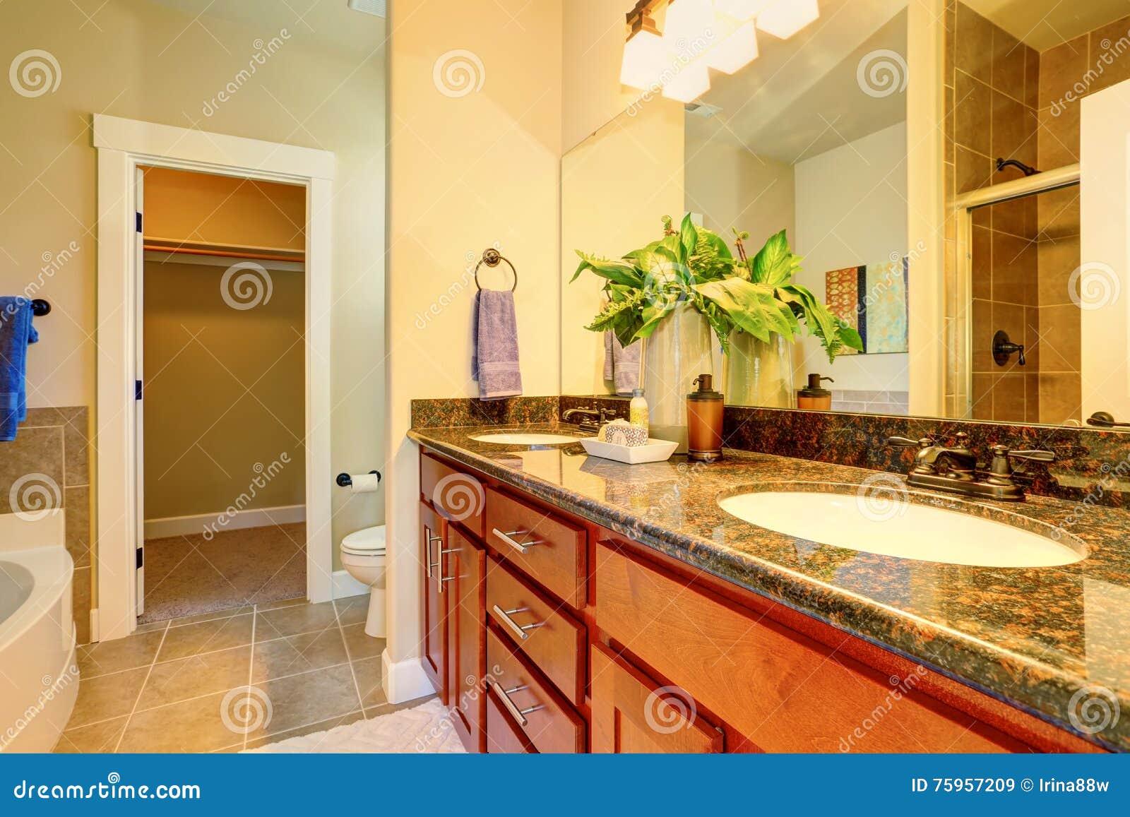 Bagni Con Piastrelle Bianchi : Bagno con la vasca da bagno la pavimentazione in piastrelle ed il