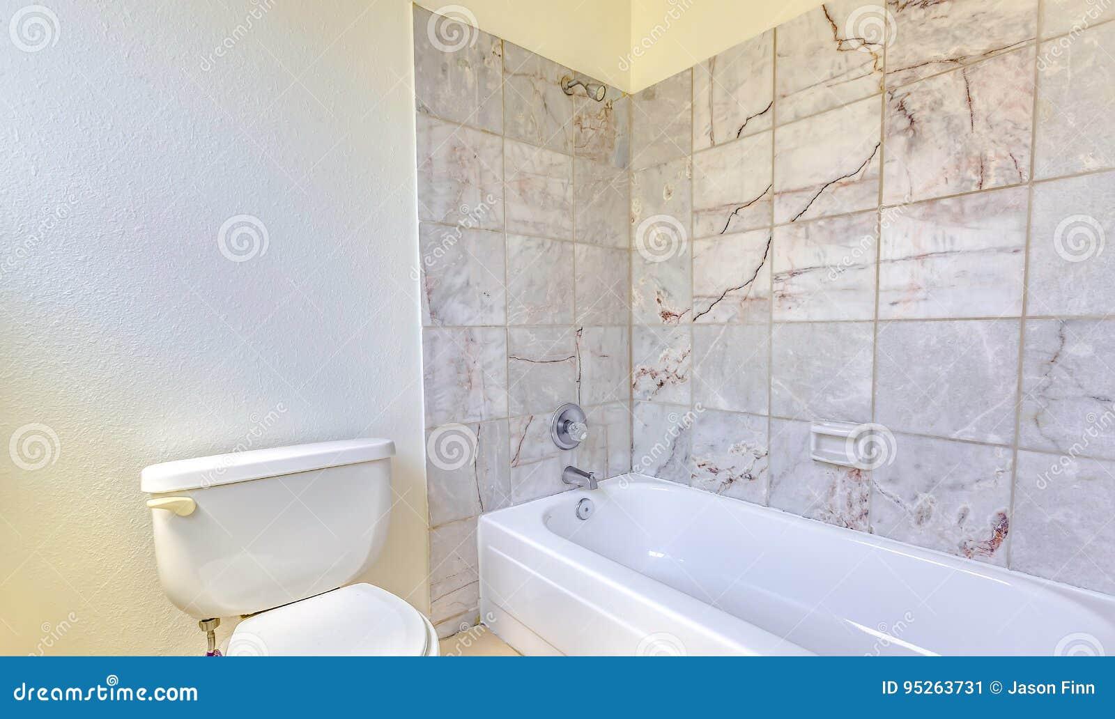 Vasca Da Bagno Rustica : Bagno con le mattonelle e la vasca rustiche immagine stock