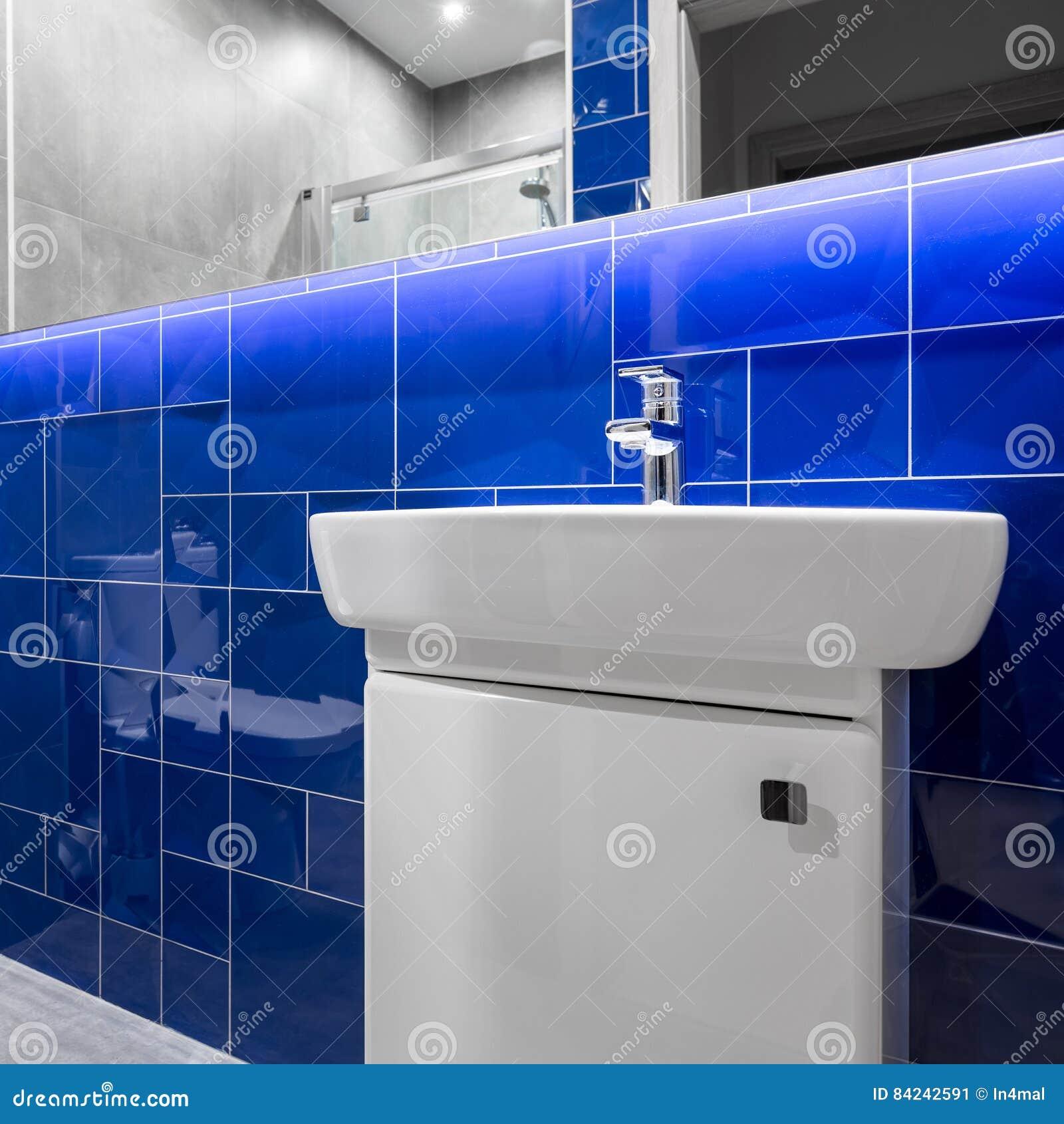 Bagno Con Mattonelle Blu.Bagno Con Le Mattonelle Lucide Blu Immagine Stock Immagine