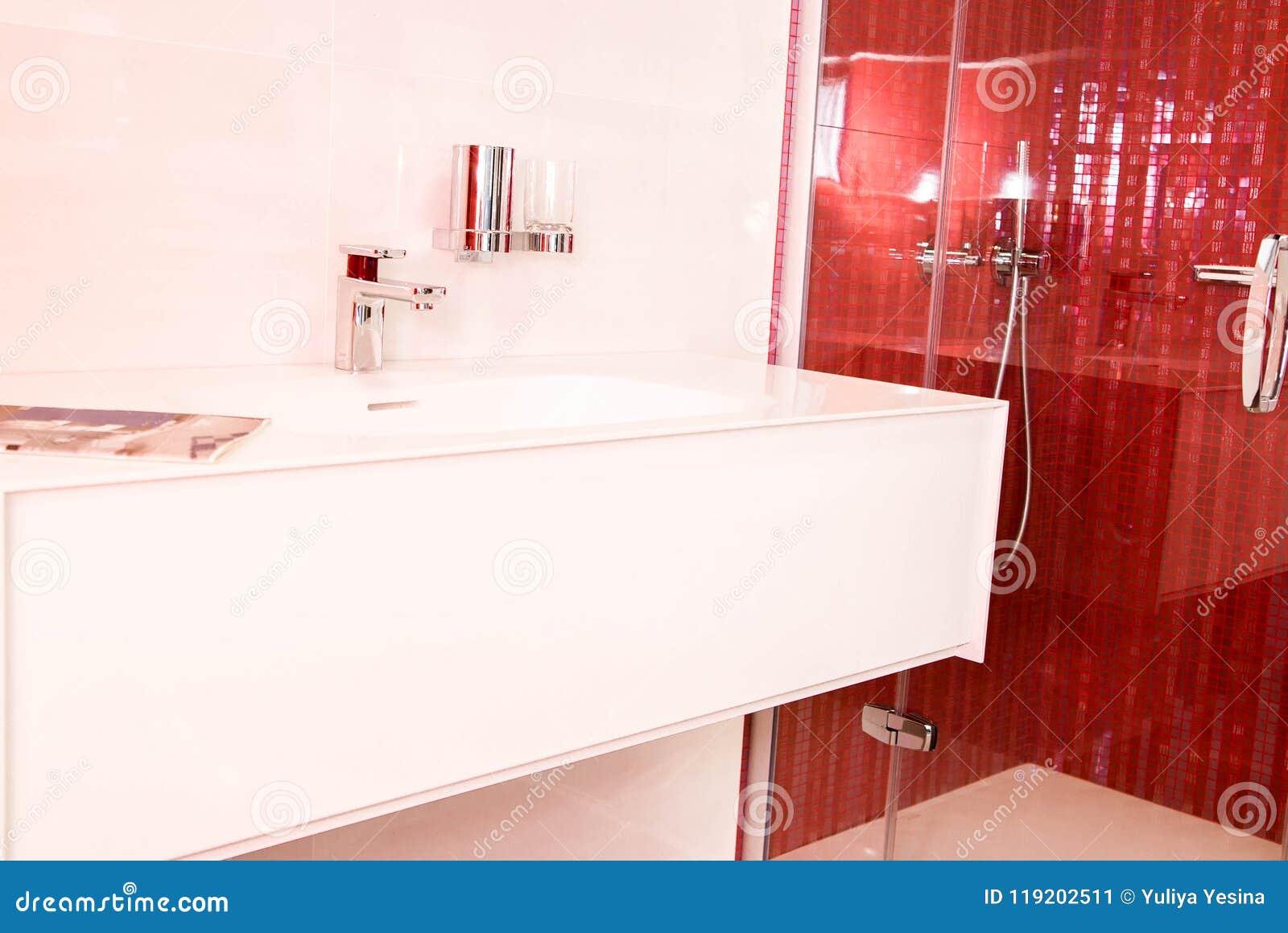 Bagno con le piastrelle di ceramica rosse immagine stock