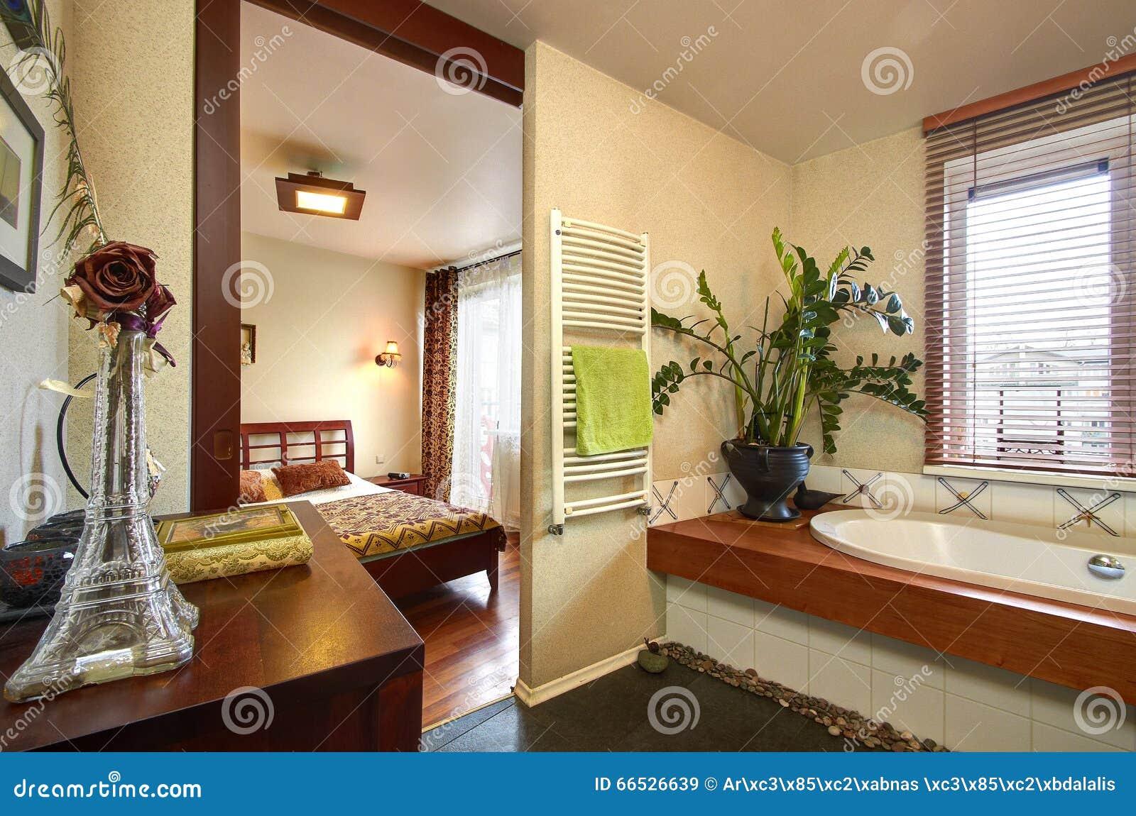 Bagno con una vista della camera da letto immagine stock - Camera da letto con bagno ...