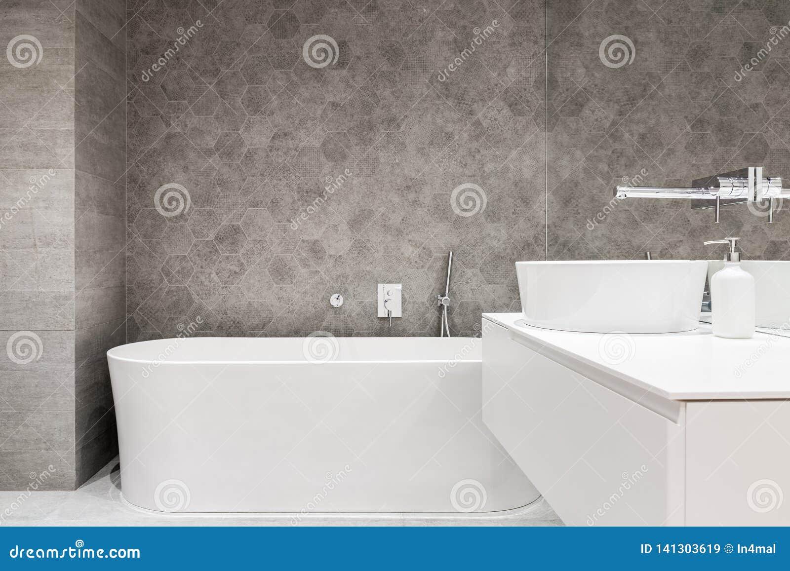 Bagno contemporaneo con la vasca bianca