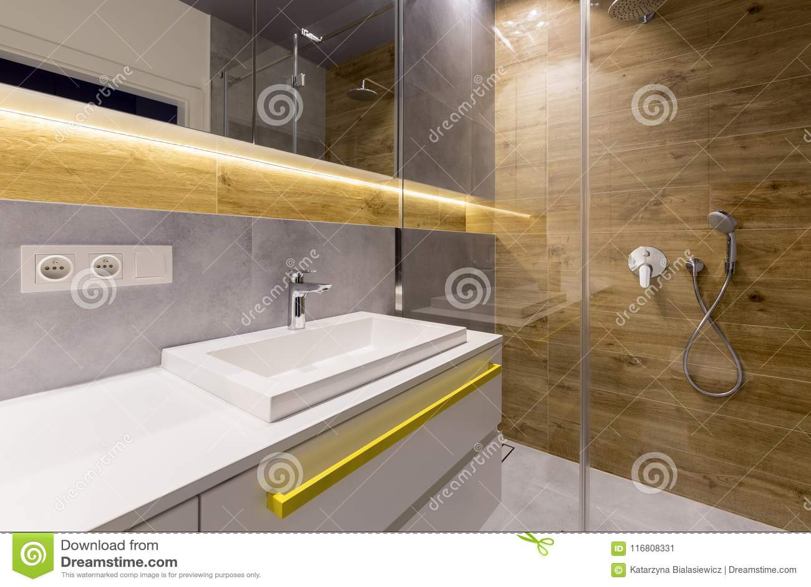 Bagno del marmo e di legno