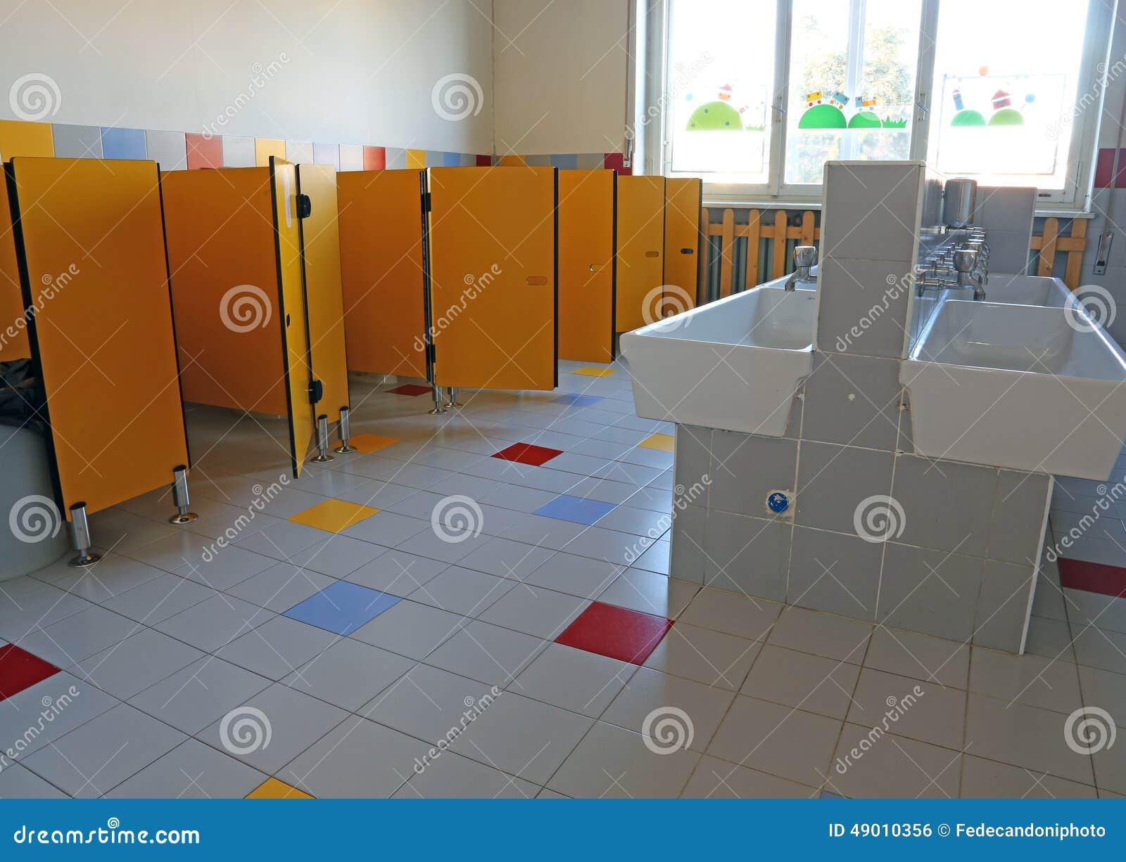 Bagno della scuola materna fotografia stock immagine di mobilia 49010356 - Tette bagno scuola ...