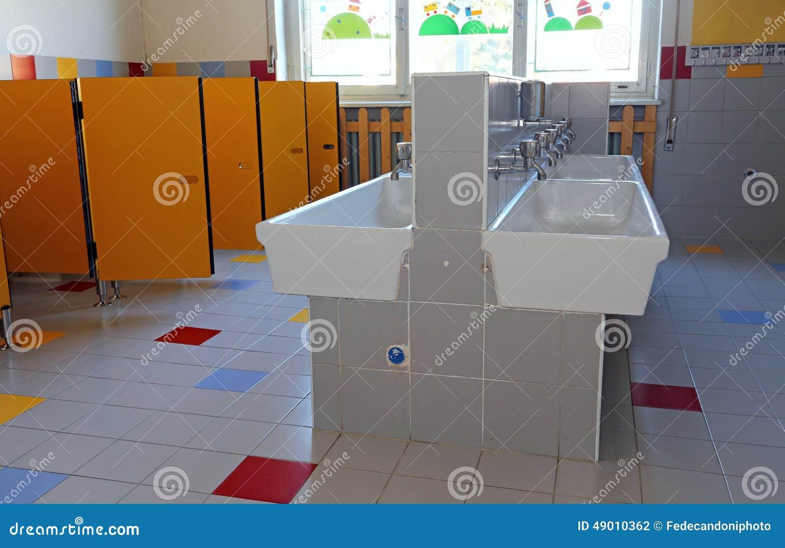 Bagno della scuola materna con i lavandini ceramici fotografia stock immagine 49010362 - Tette bagno scuola ...