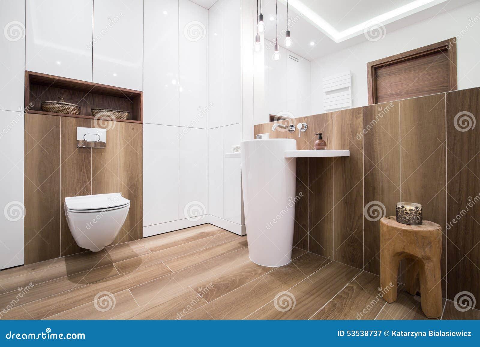 Bagno di legno in casa di lusso immagine stock immagine di feci