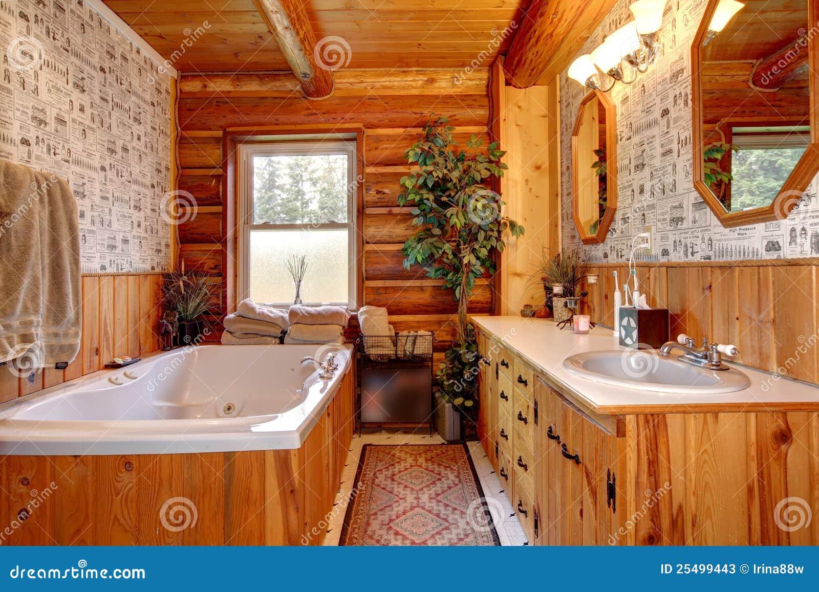 Bagno di legno della cabina del cowboy con la vasca for Illuminazione rustica della cabina