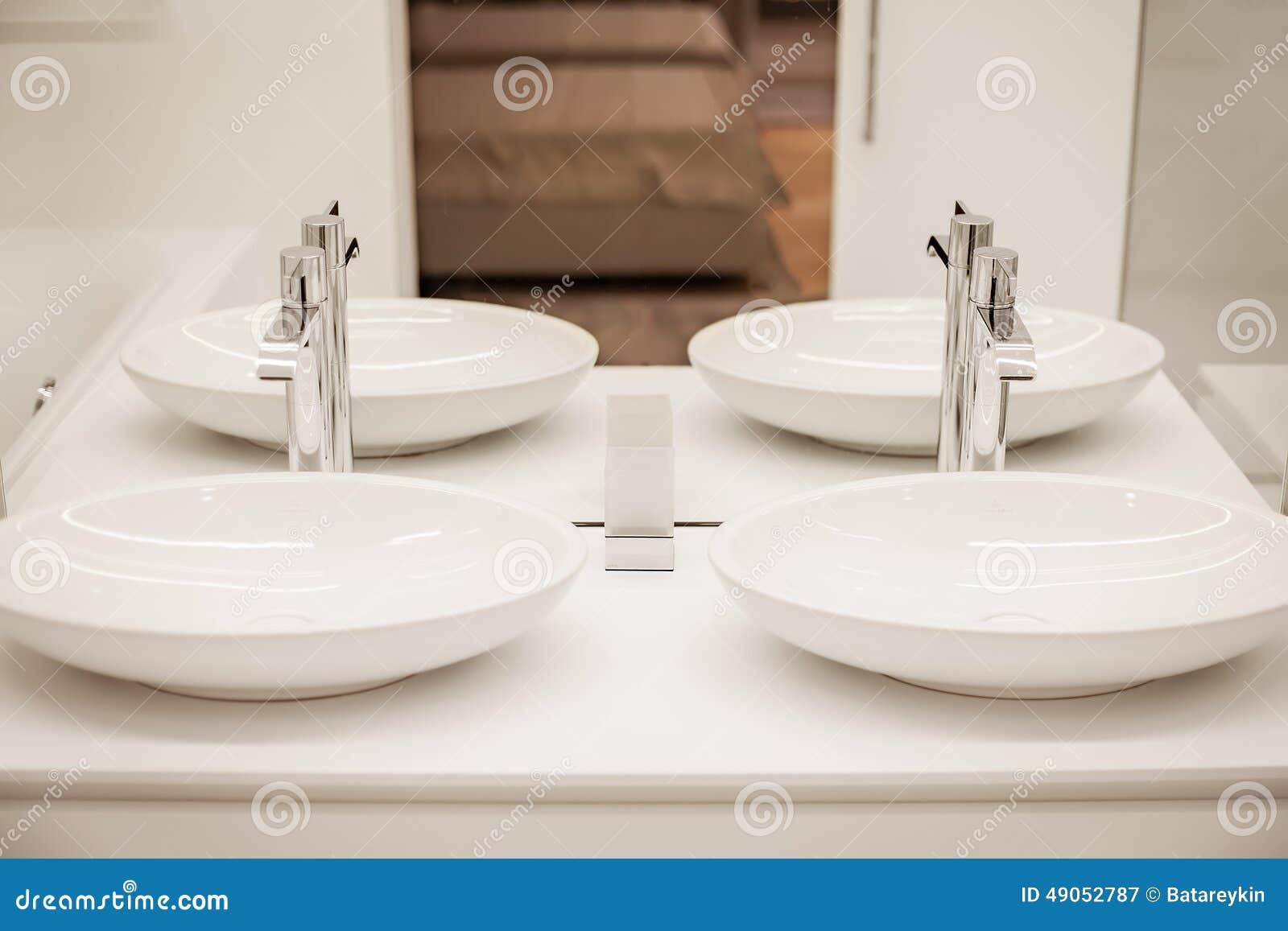 Bagno Di Lusso Con Due Lavandini E Specchi Immagine Stock - Immagine di dispositivi, lusso: 49052787