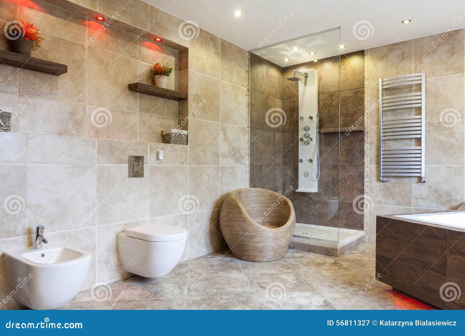 Bagno di lusso con le mattonelle beige immagine stock immagine