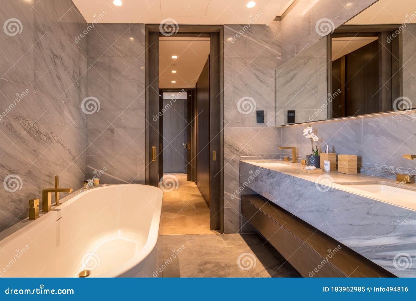 Bagno Di Lusso A Dubai A Cinque Palme Immagine Stock Immagine Di Rubinetti Dispersore 183962985
