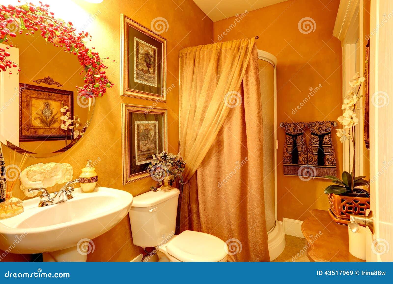 Bagno di lusso luminoso nel colore dell 39 oro fotografia stock immagine 43517969 - Bagno di colore ...