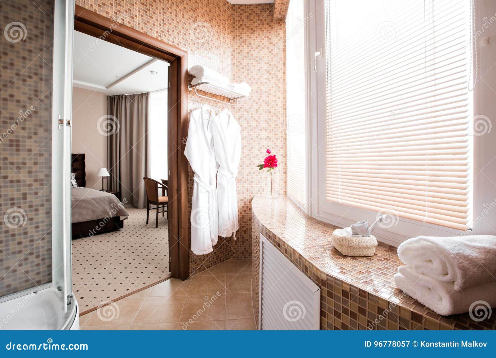 Doccia con finestra dentro con box doccia in muratura con finestra