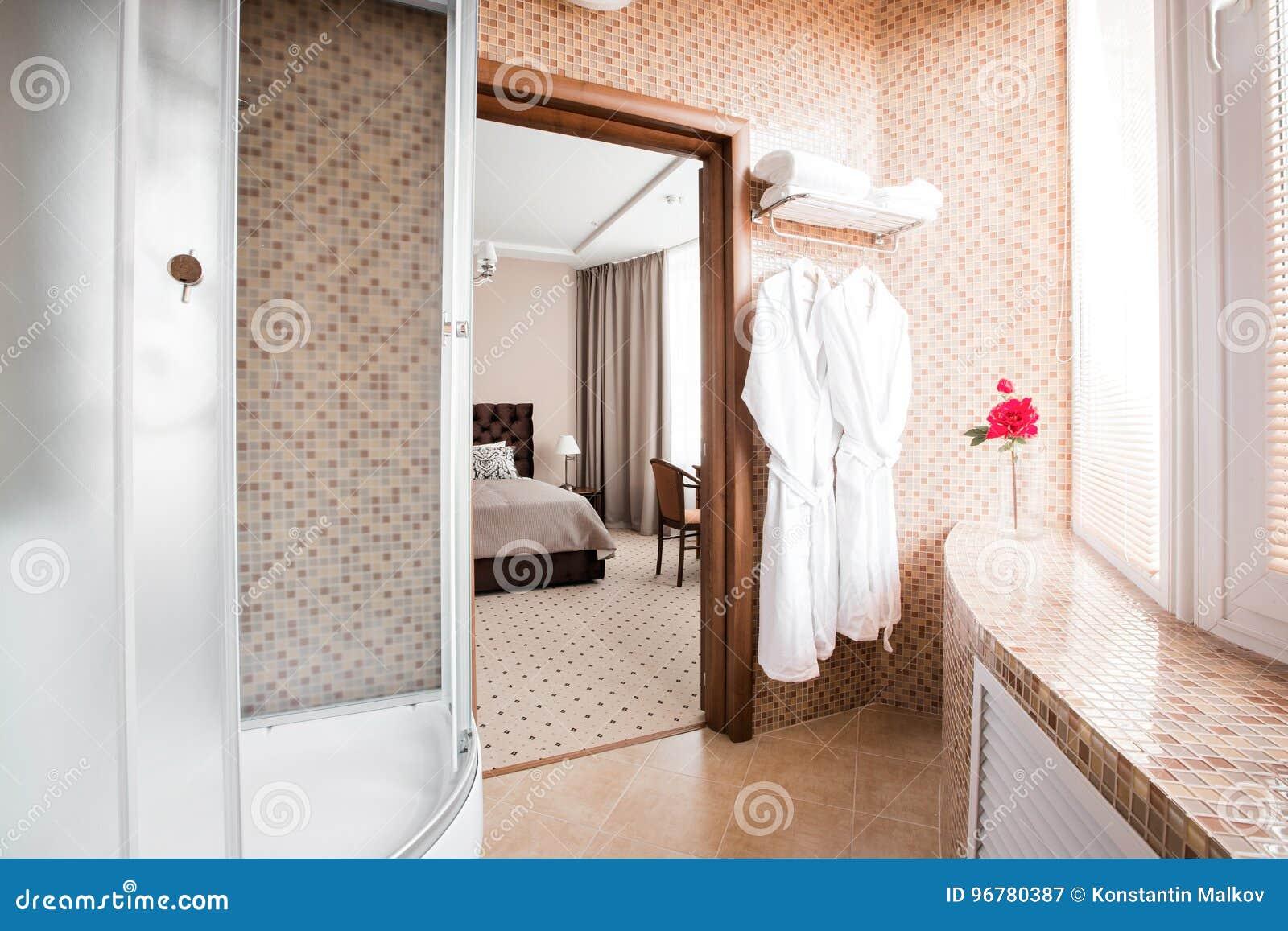 Vetro dello schermo doccia su vasca da bagno in una moderna stanza