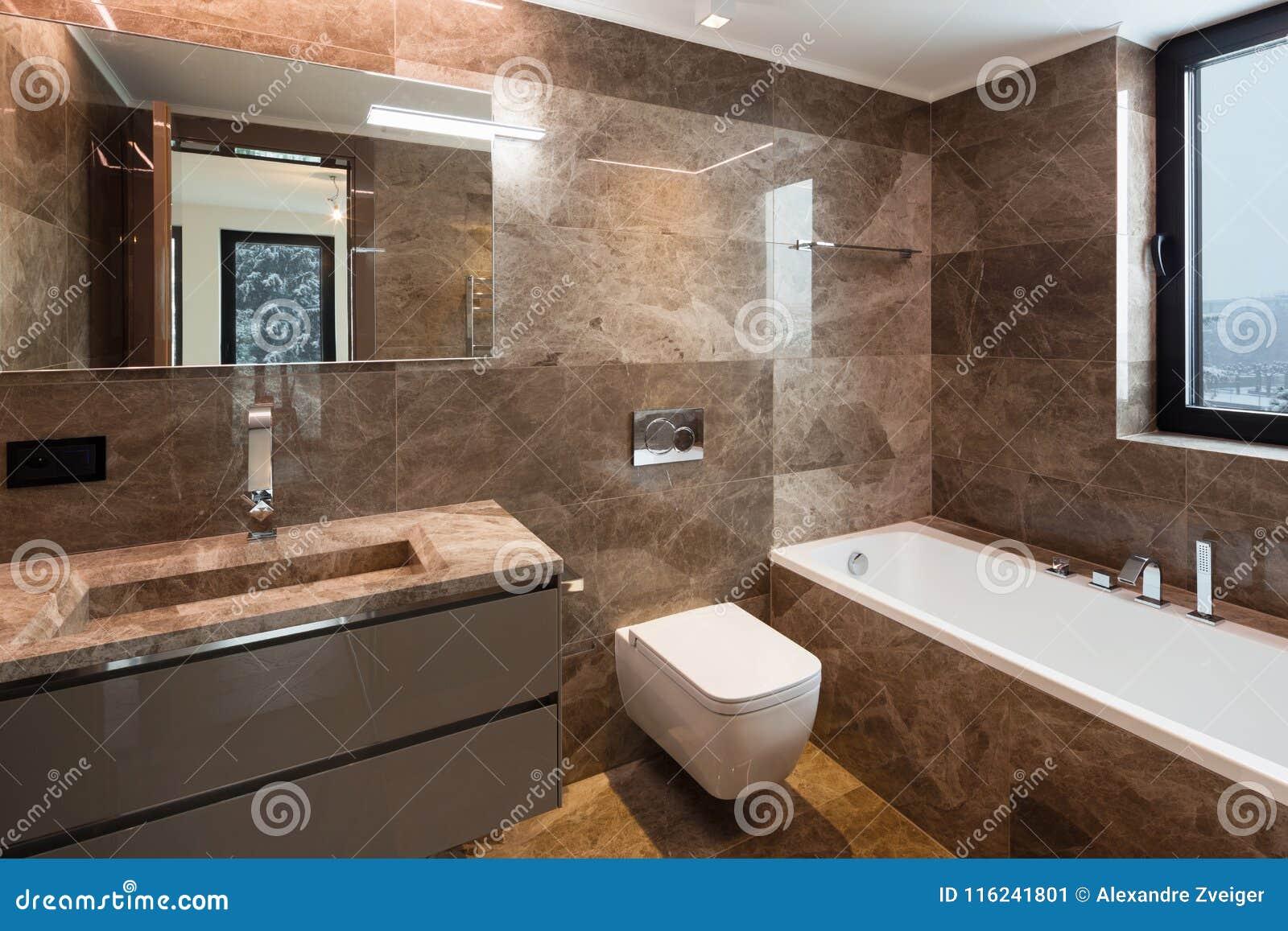 Bagno di marmo lussuoso con la finestra immagine stock immagine