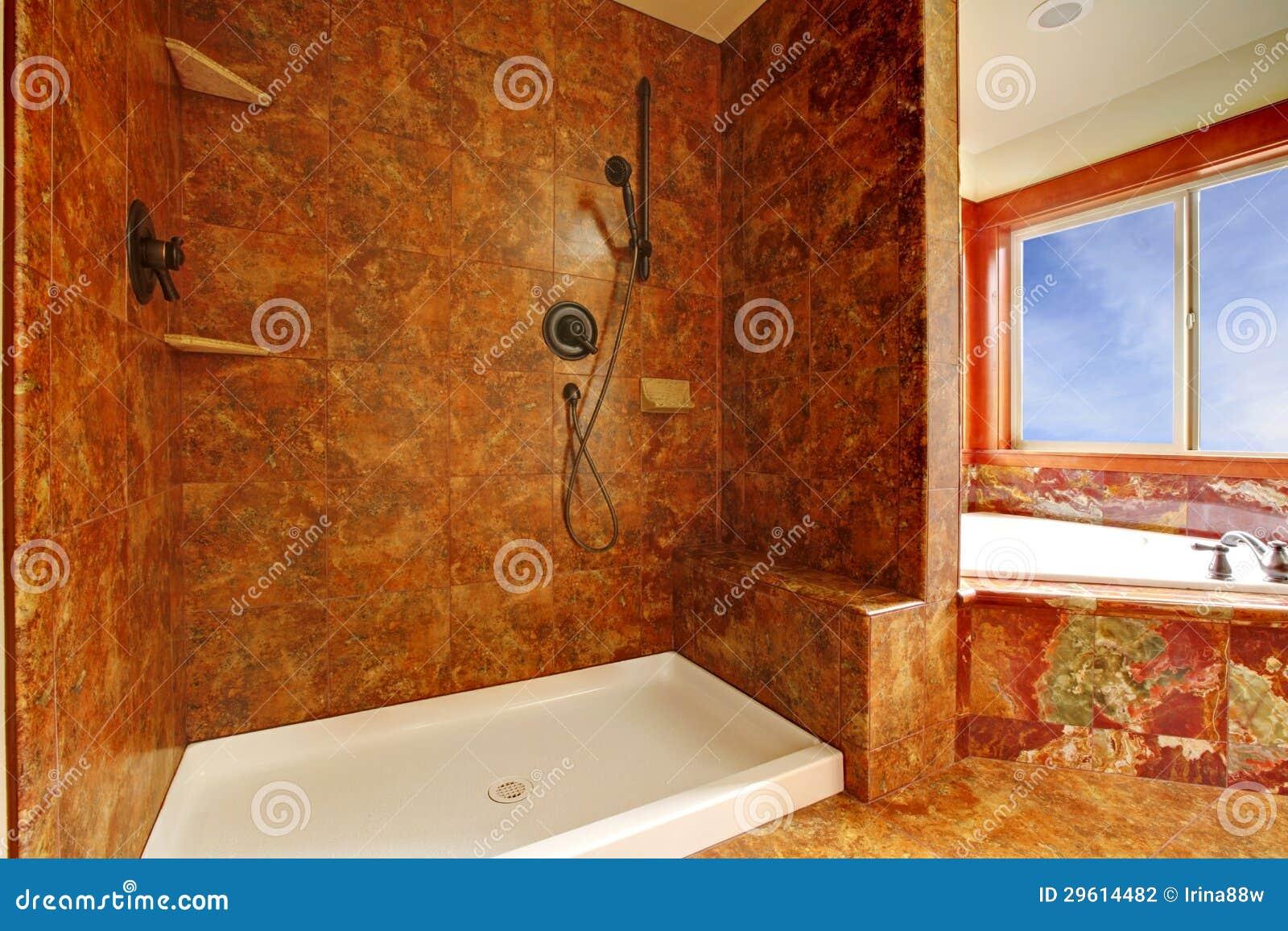 Bagno di marmo rosso di lusso in un nuovo interno for Bagno rosso