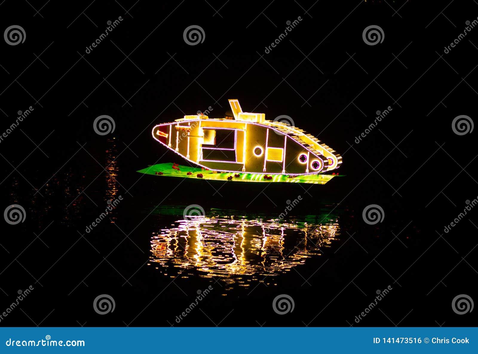 BAGNO DI MATLOCK, INGHILTERRA - 6 OTTOBRE 2018: Un carro armato luminoso che galleggia sul fiume per l illuminazione del bagno di