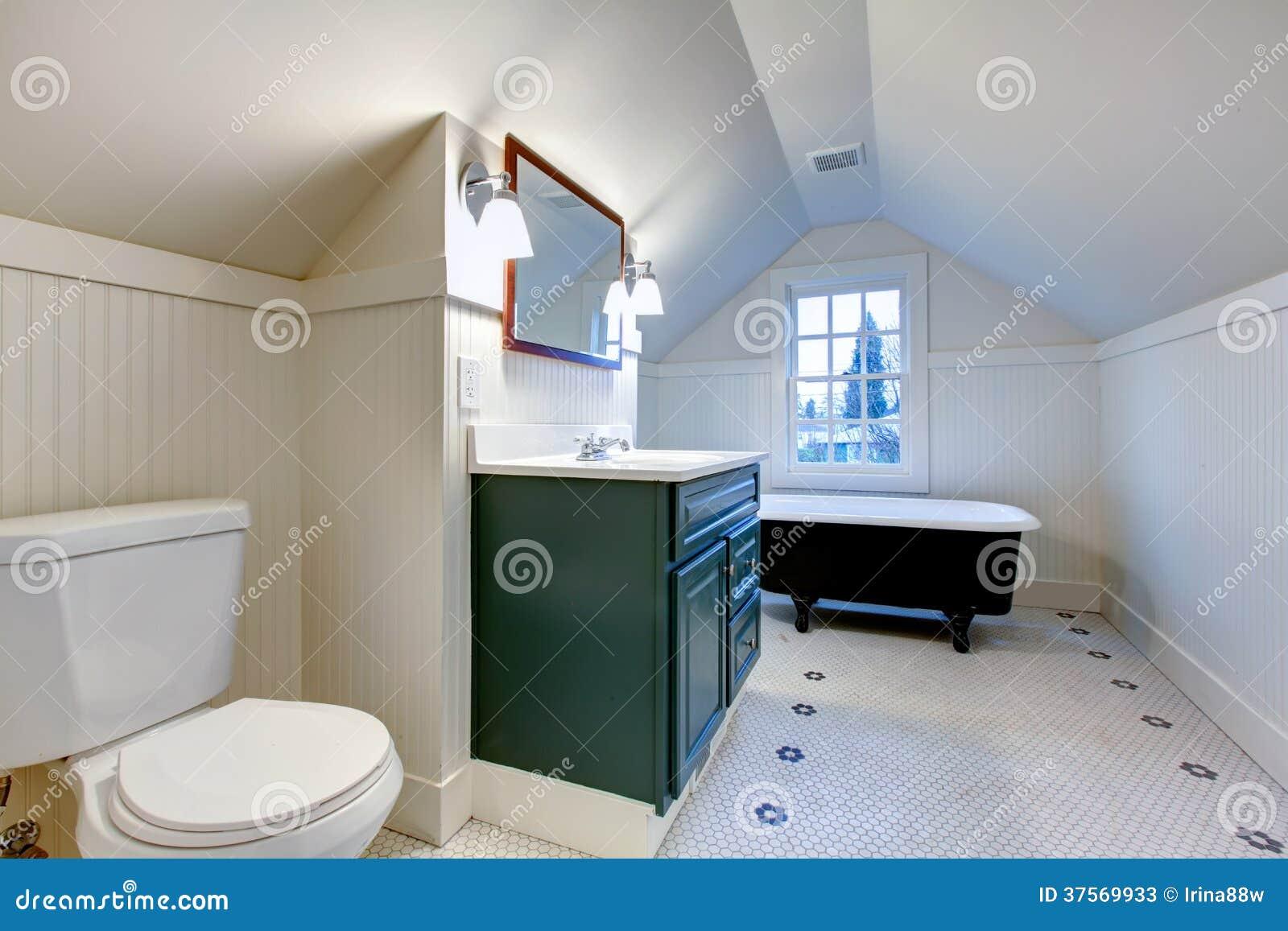 Vasca Da Bagno Stile Inglese : Bagno di rinfresco bianco con il tubo antico del bagno di stile