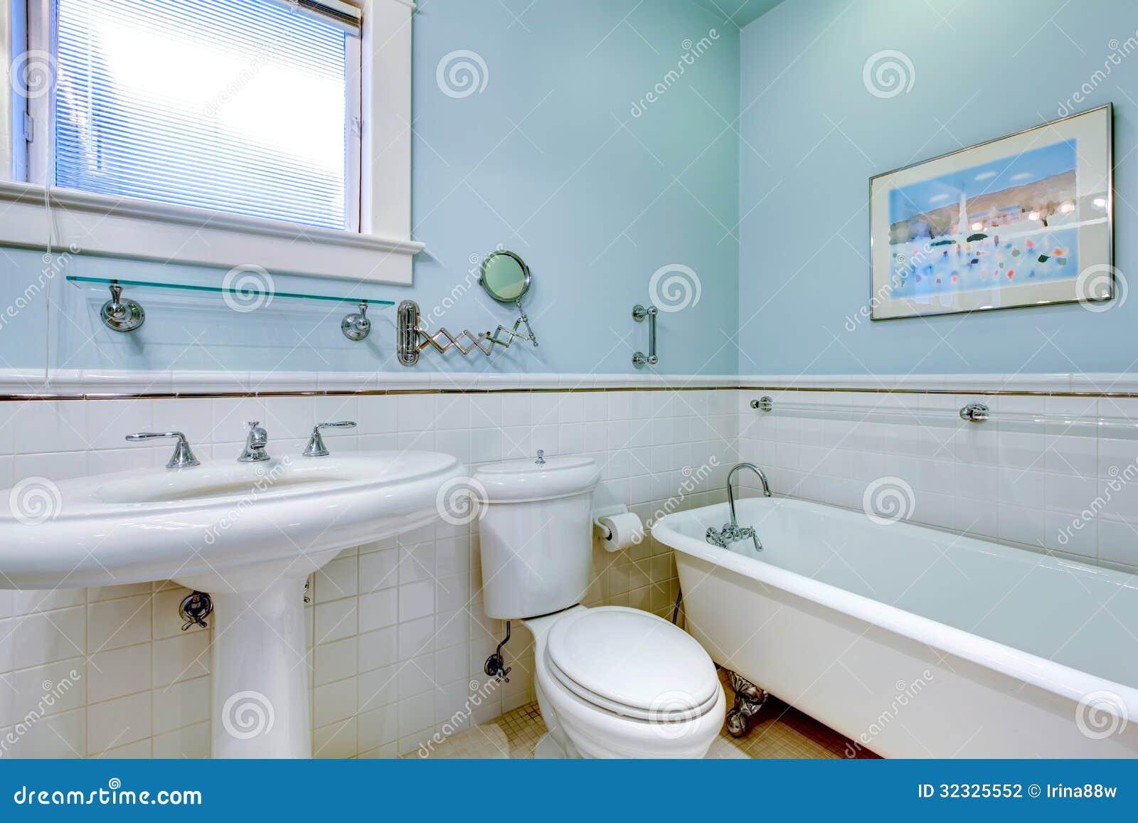 Bagno elegante antico blu con la vasca bianca fotografia stock