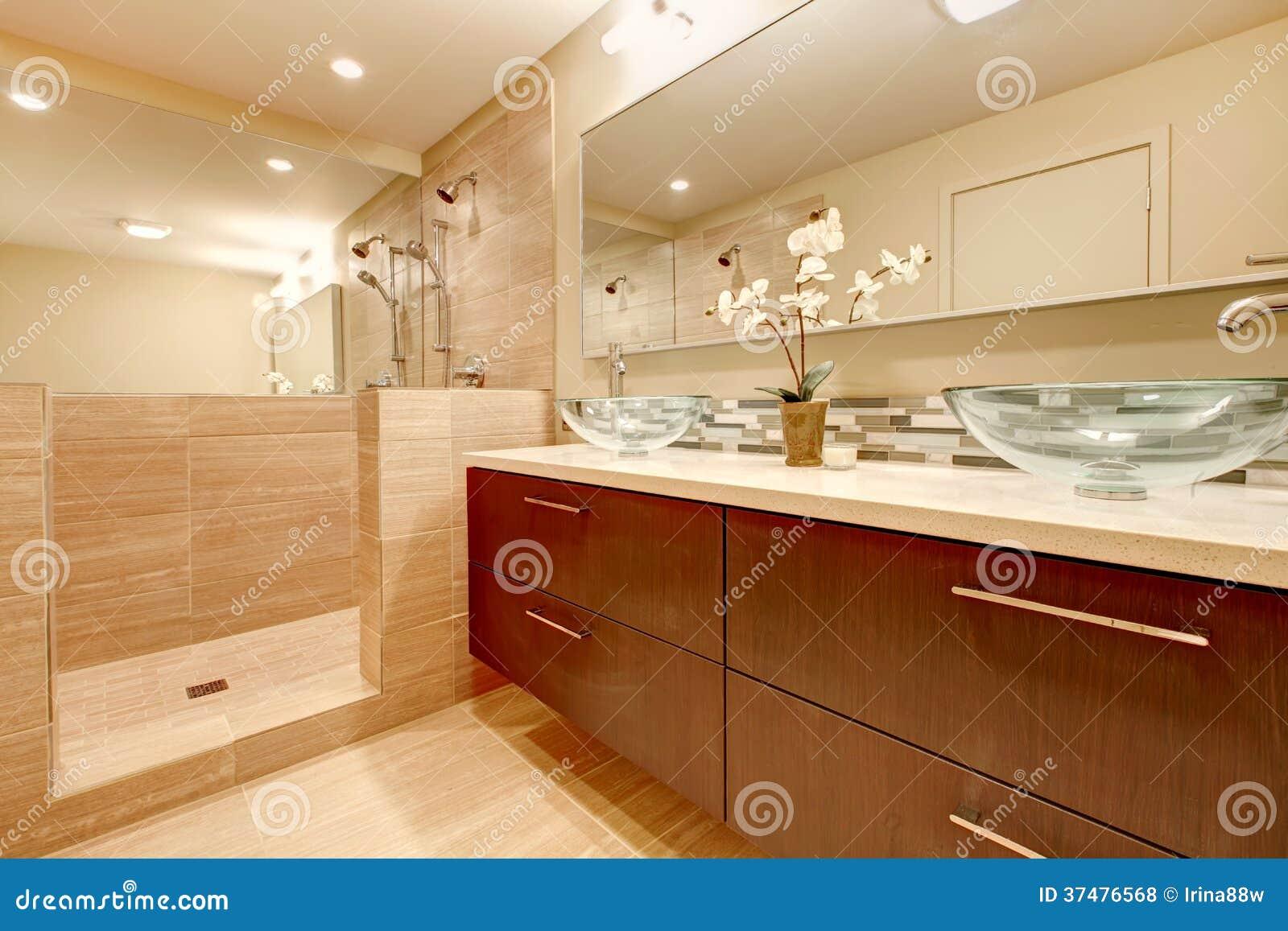 Bagno elegante con i lavandini di vetro della nave - Lavandini in vetro per bagno ...