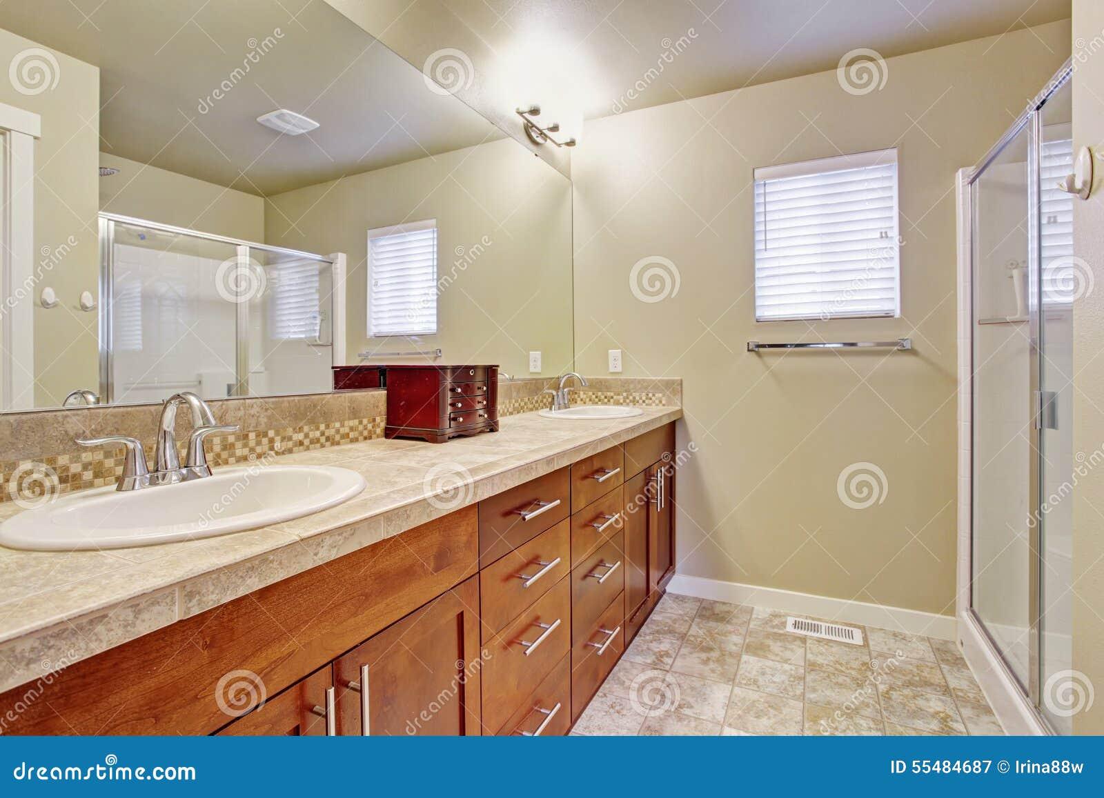 Bagno elegante con la pavimentazione in piastrelle immagine stock