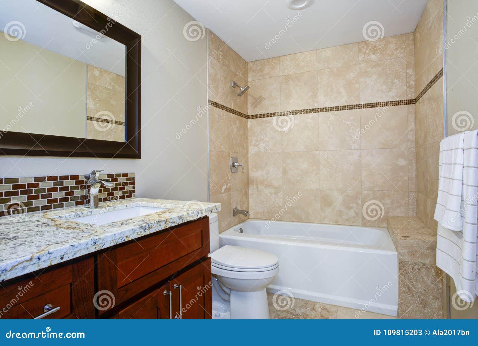 Bagno elegante con una vanità macchiata mogano