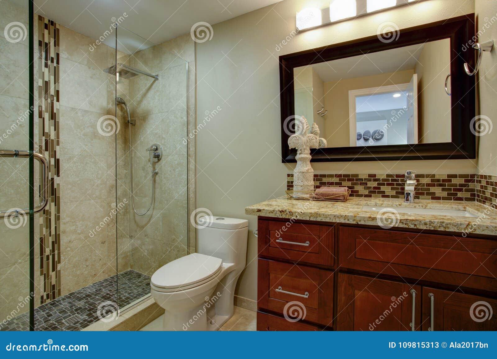 Vasca Da Bagno Macchiata : Bagno elegante con una vanità macchiata mogano immagine stock