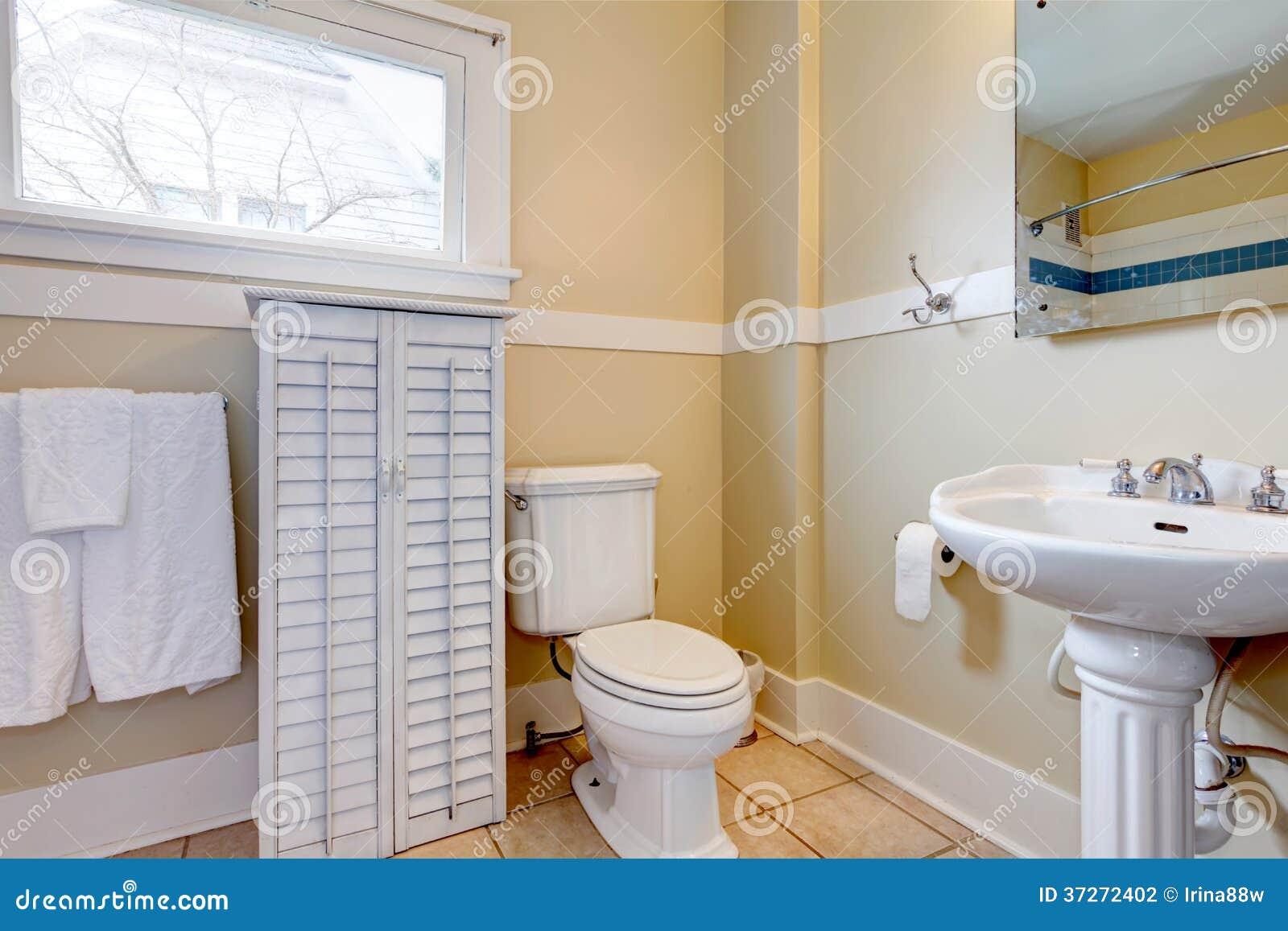 Bagno Luminoso Con Il Gabinetto Di Legno Bianco Fotografia Stock - Immagine: ...
