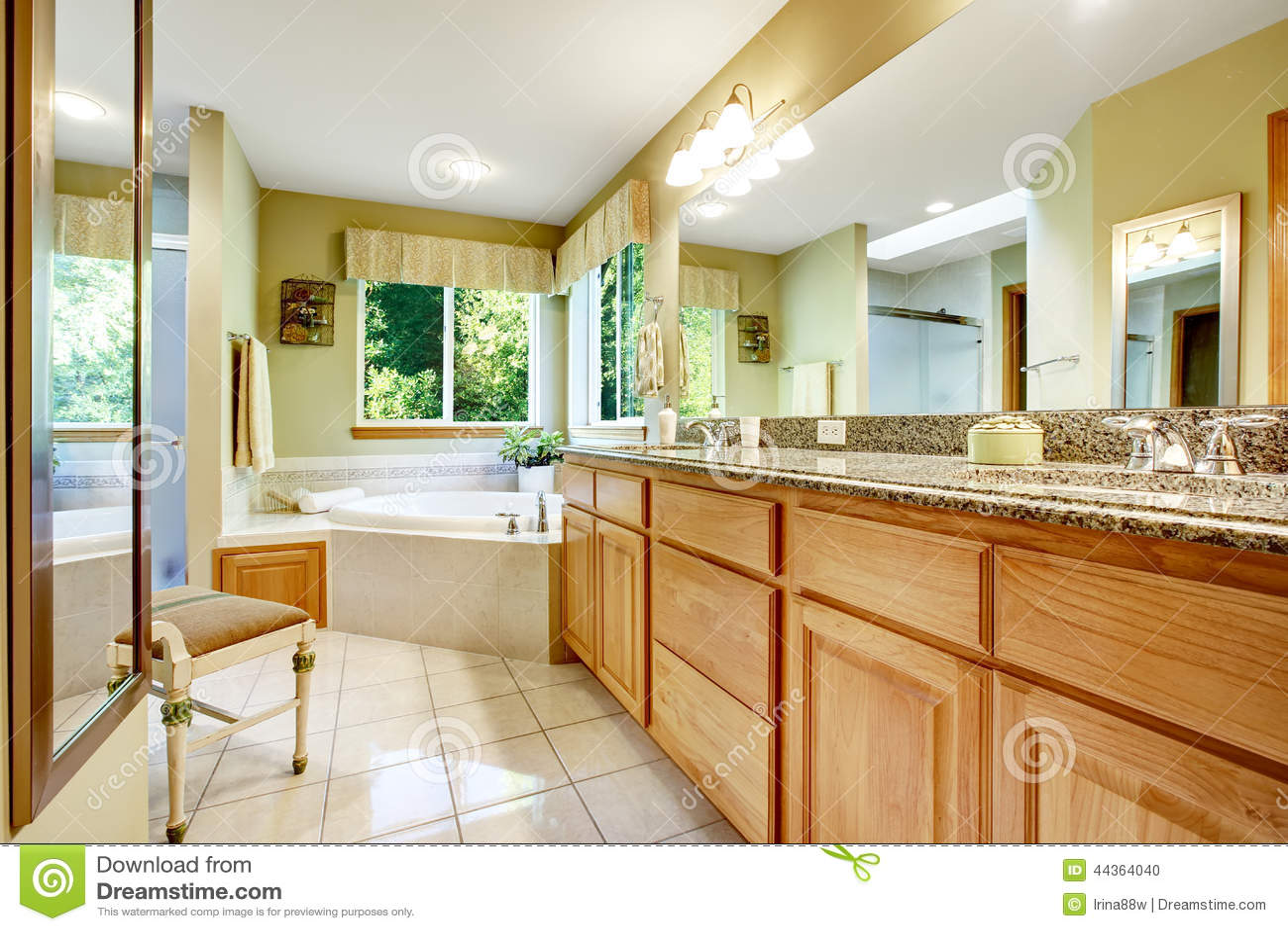 Bagno luminoso con la vasca da bagno d angolo