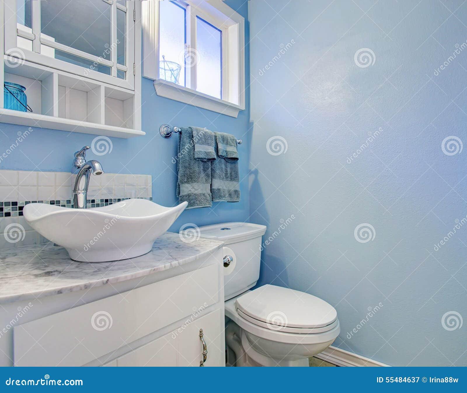 Excellent bagno luminoso con le pareti blu fotografia for Grandi piani di una camera da letto
