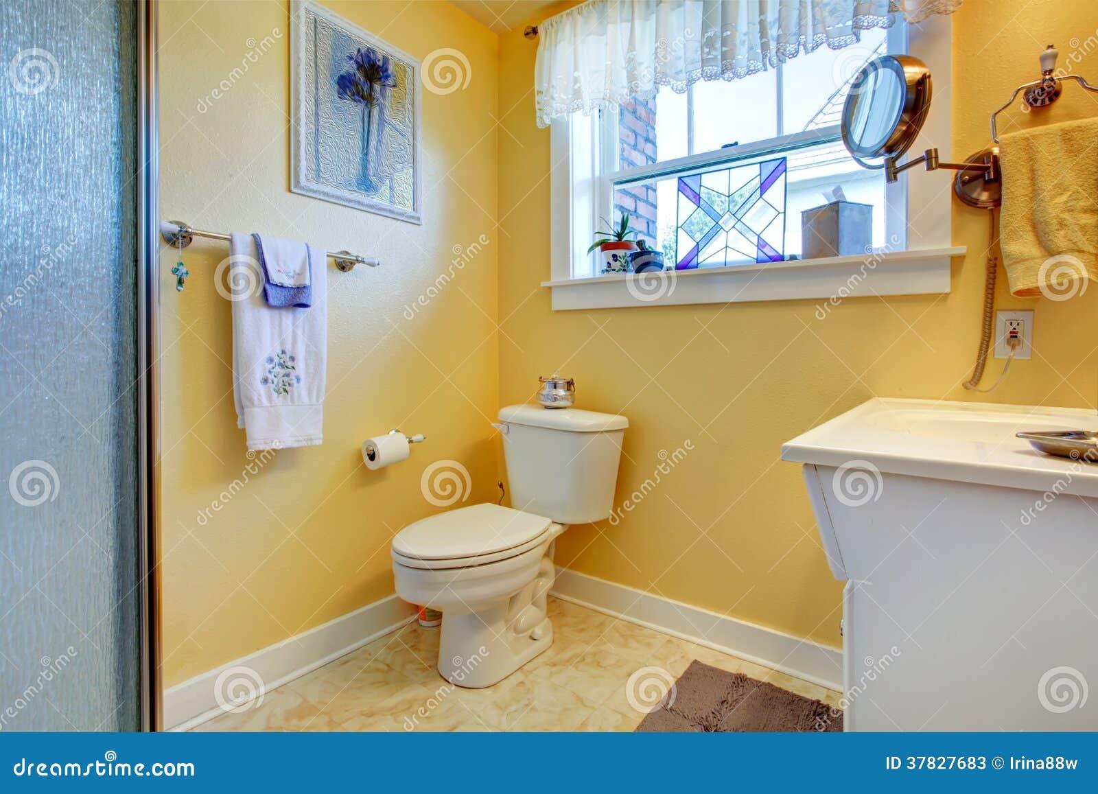 Bagno luminoso giallo immagine stock. Immagine di idea - 37827683