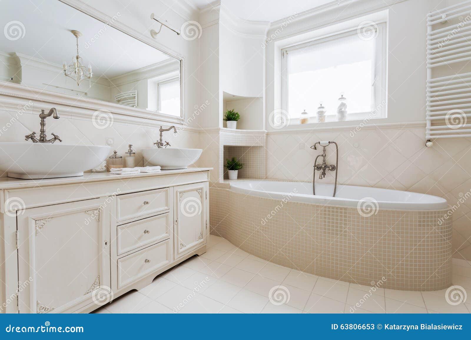 Bagno Stile Francese : Bagno lussuoso francese con la finestra immagine stock immagine