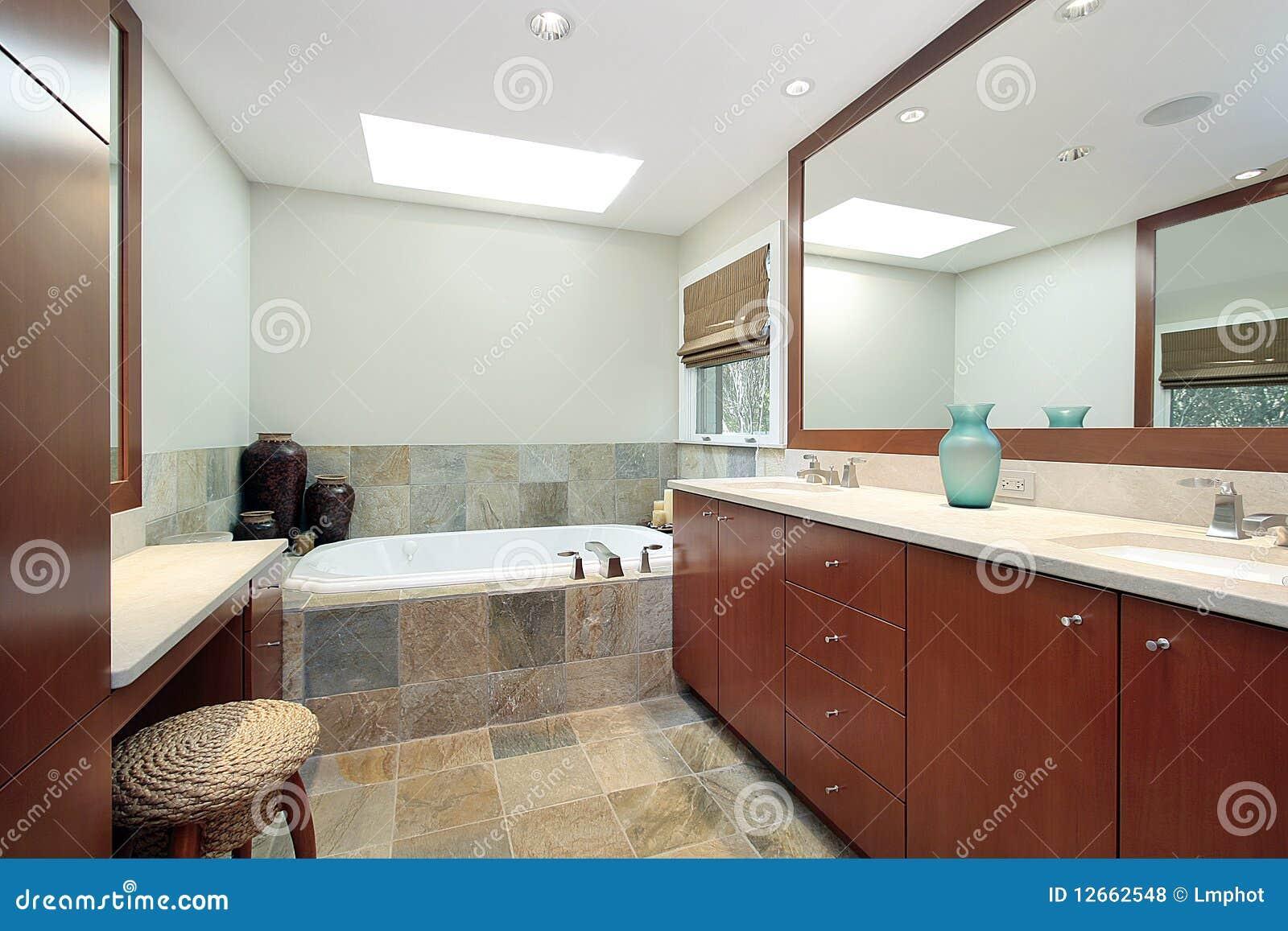 Bagno matrice con la vasca da bagno di pietra fotografie for Vasca da bagno nella camera da letto principale