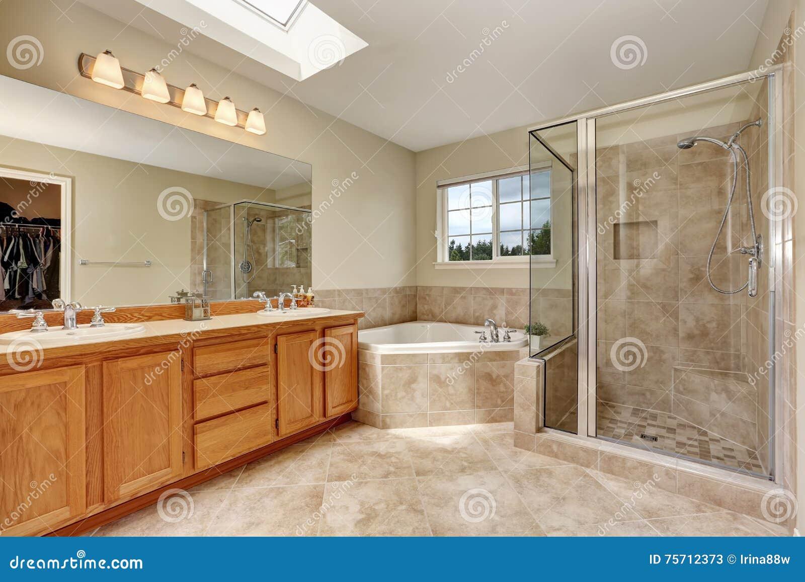 Bagno matrice con la vasca e la pavimentazione in piastrelle d