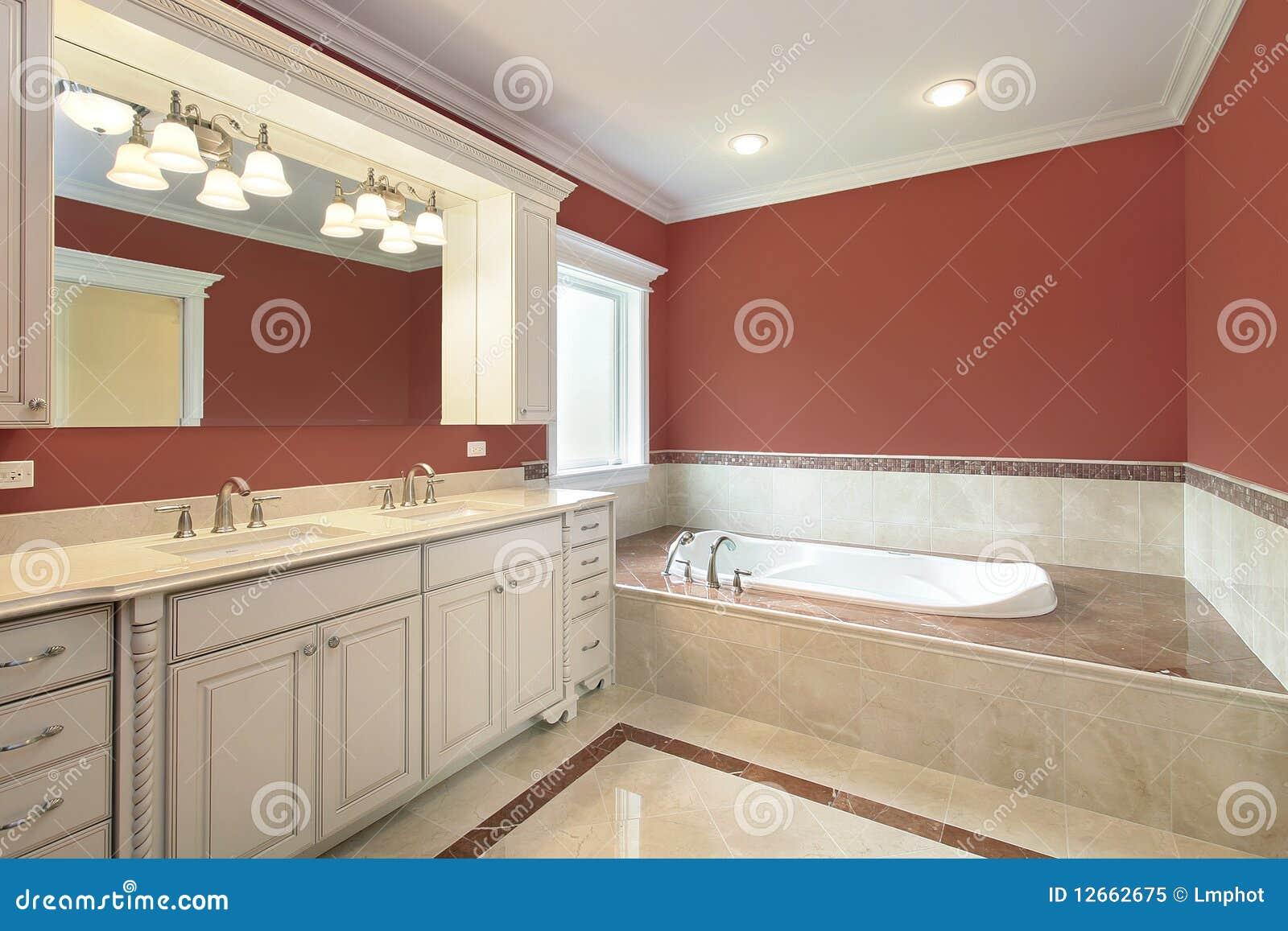 Bagno matrice con le pareti colorate salmoni fotografia - Pareti colorate bagno ...